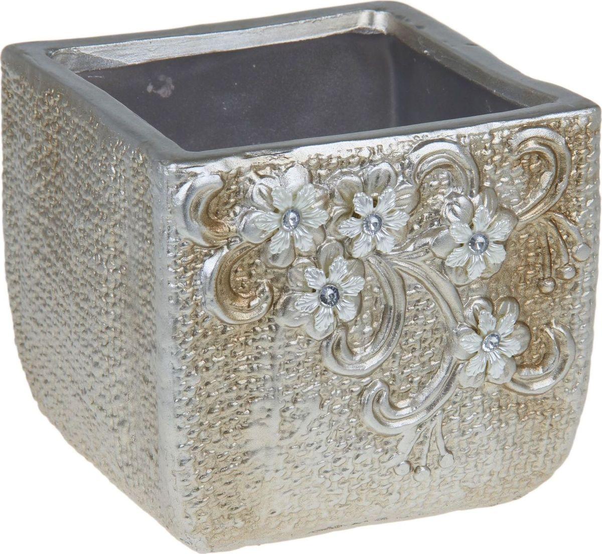 Кашпо Цветы, цвет: серебристый, 17 х 17 х 15 см1258954Комнатные растения — всеобщие любимцы. Они радуют глаз, насыщают помещение кислородом и украшают пространство. Каждому из них необходим свой удобный и красивый дом. Кашпо из керамики прекрасно подходят для высадки растений: за счет пластичности глины и разных способов обработки существует великое множество форм и дизайнов пористый материал позволяет испаряться лишней влаге воздух, необходимый для дыхания корней, проникает сквозь керамические стенки! позаботится о зеленом питомце, освежит интерьер и подчеркнет его стиль.
