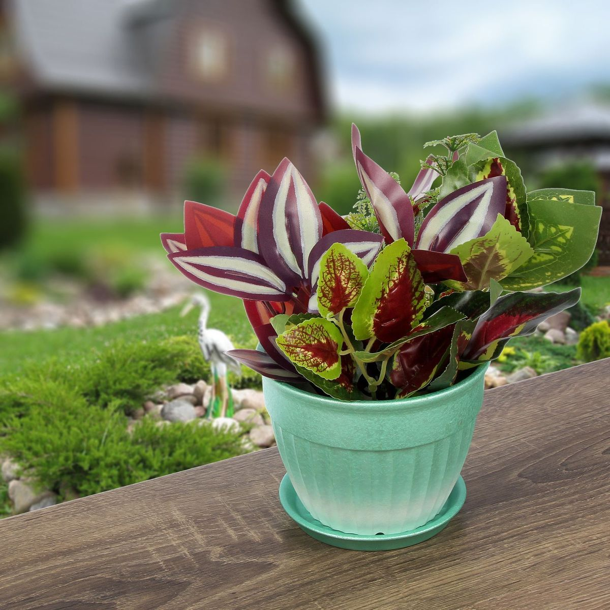 Кашпо Керамика ручной работы Ромашка, цвет: зеленый, 0,5 л1312976Комнатные растения — всеобщие любимцы. Они радуют глаз, насыщают помещение кислородом и украшают пространство. Каждому из них необходим свой удобный и красивый дом. Кашпо из керамики прекрасно подходят для высадки растений: за счет пластичности глины и разных способов обработки существует великое множество форм и дизайнов пористый материал позволяет испаряться лишней влаге воздух, необходимый для дыхания корней, проникает сквозь керамические стенки! позаботится о зеленом питомце, освежит интерьер и подчеркнет его стиль.