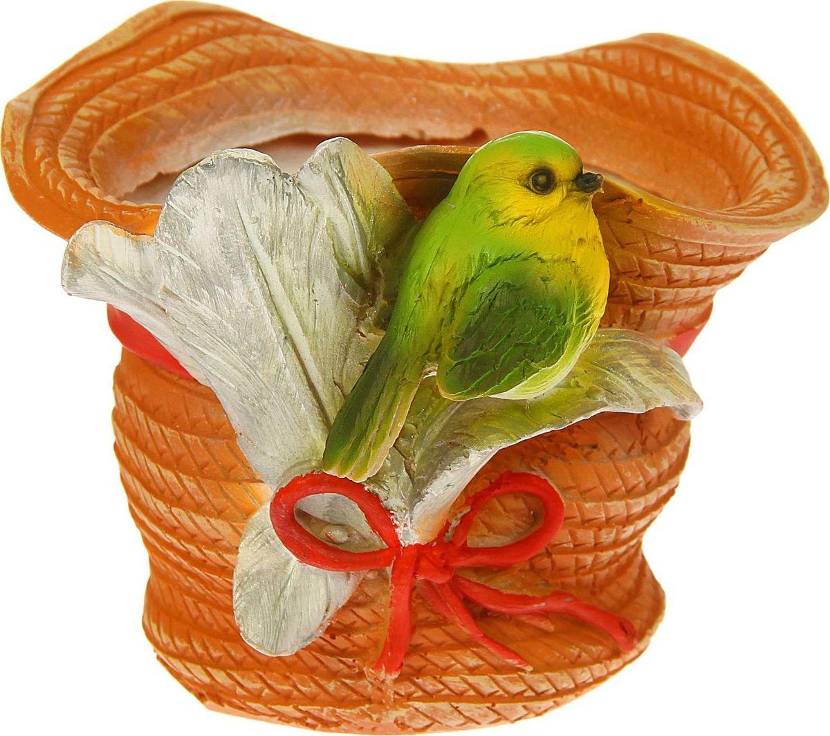 Кашпо Птичка на шляпе с пером, 21 х 19 х 15 см1343734Комнатные растения — всеобщие любимцы. Они радуют глаз, насыщают помещение кислородом и украшают пространство. Каждому из растений необходим свой удобный и красивый дом. Поселите зелёного питомца в яркое и оригинальное фигурное кашпо. Выберите подходящую форму для детской, спальни, гостиной, балкона, офиса или террасы. #name# позаботится о растении, украсит окружающее пространство и подчеркнёт его оригинальный стиль.
