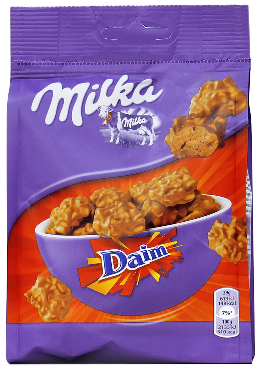 Milka Daim Snax, кукурузные хлопья и карамель покрытые молочным шоколадом, 140 гУУ-00000166Молочные конфеты со вкусом твердой карамели.Знакомьтесь с новым вкусом от Милка DAIM SNAX - удивительные кусочки карамели смешаны с хлопьями и миндалем и облиты альпийским молочным шоколадом. Если вы настоящий ценитель шоколада, то швейцарская сладость от Милка вам придется по душе. Вы будете ощущать невероятное карамельное тепло и ореховое блаженство от каждого кусочка. Каждый кусочек наполнен любовью и ароматом альпийских гор. Если вы собираетесь в гости и не знаете, что купить. Смело выбирайте пакет вкусных конфет с хрустящими хлопьями и орехами. Такое лакомство поднимет настроение и избавит от депрессии.