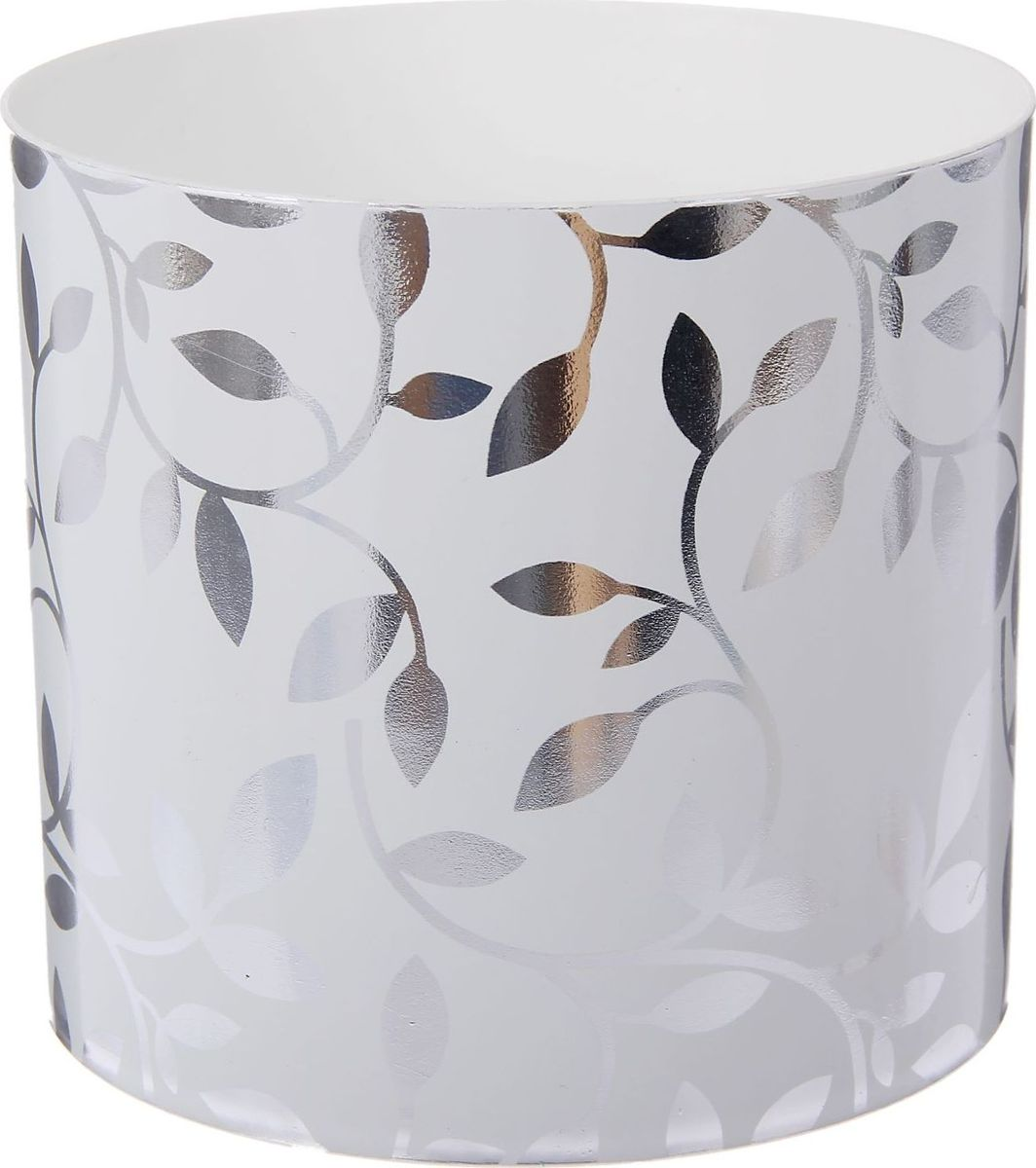 Горшок для цветов Simple Garden Листочки, со скрытым поддоном, цвет: металлик, 1,7 л1915346Любой, даже самый современный и продуманный интерьер будет незавершенным без растений. Они не только очищают воздух и насыщают его кислородом, но и украшают окружающее пространство. Такому полезному члену семьи просто необходим красивый и функциональный дом! Оптимальный выбор материала — пластмасса! Почему мы так считаем? Малый вес. С легкостью переносите горшки и кашпо с места на место, ставьте их на столики или полки, не беспокоясь о нагрузке. Простота ухода. Кашпо не нуждается в специальных условиях хранения. Его легко чистить — достаточно просто сполоснуть теплой водой. Никаких потертостей. Такие кашпо не царапают и не загрязняют поверхности, на которых стоят. Пластик дольше хранит влагу, а значит, растение реже нуждается в поливе. Пластмасса не пропускает воздух — корневой системе растения не грозят резкие перепады температур. Огромный выбор форм, декора и расцветок — вы без труда найдете что-то, что идеально впишется в уже существующий интерьер. Соблюдая нехитрые правила ухода, вы можете заметно продлить срок службы горшков и кашпо из пластика: всегда учитывайте размер кроны и корневой системы (при разрастании большое растение способно повредить маленький горшок) берегите изделие от воздействия прямых солнечных лучей, чтобы горшки не выцветали держите кашпо из пластика подальше от нагревающихся поверхностей. Создавайте прекрасные цветочные композиции, выращивайте рассаду или необычные растения.