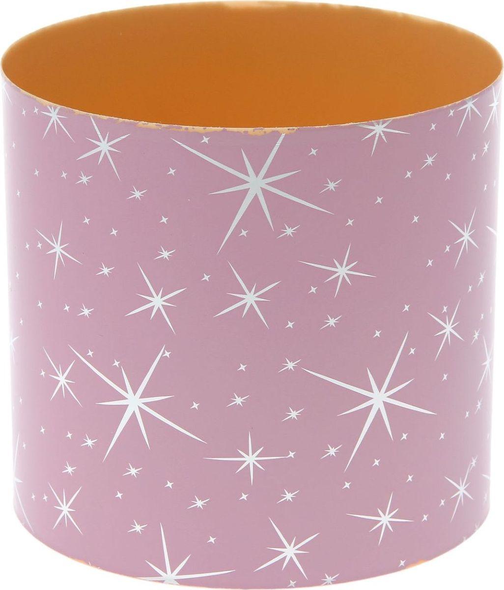 Горшок для цветов Simple Garden Звезды, со скрытым поддоном, цвет: розовый металлик, 5,1 л1915384Любой, даже самый современный и продуманный интерьер будет незавершенным без растений. Они не только очищают воздух и насыщают его кислородом, но и украшают окружающее пространство. Такому полезному члену семьи просто необходим красивый и функциональный дом! Оптимальный выбор материала — пластмасса! Почему мы так считаем? Малый вес. С легкостью переносите горшки и кашпо с места на место, ставьте их на столики или полки, не беспокоясь о нагрузке. Простота ухода. Кашпо не нуждается в специальных условиях хранения. Его легко чистить — достаточно просто сполоснуть теплой водой. Никаких потертостей. Такие кашпо не царапают и не загрязняют поверхности, на которых стоят. Пластик дольше хранит влагу, а значит, растение реже нуждается в поливе. Пластмасса не пропускает воздух — корневой системе растения не грозят резкие перепады температур. Огромный выбор форм, декора и расцветок — вы без труда найдете что-то, что идеально впишется в уже существующий интерьер. Соблюдая нехитрые правила ухода, вы можете заметно продлить срок службы горшков и кашпо из пластика: всегда учитывайте размер кроны и корневой системы (при разрастании большое растение способно повредить маленький горшок) берегите изделие от воздействия прямых солнечных лучей, чтобы горшки не выцветали держите кашпо из пластика подальше от нагревающихся поверхностей. Создавайте прекрасные цветочные композиции, выращивайте рассаду или необычные растения.