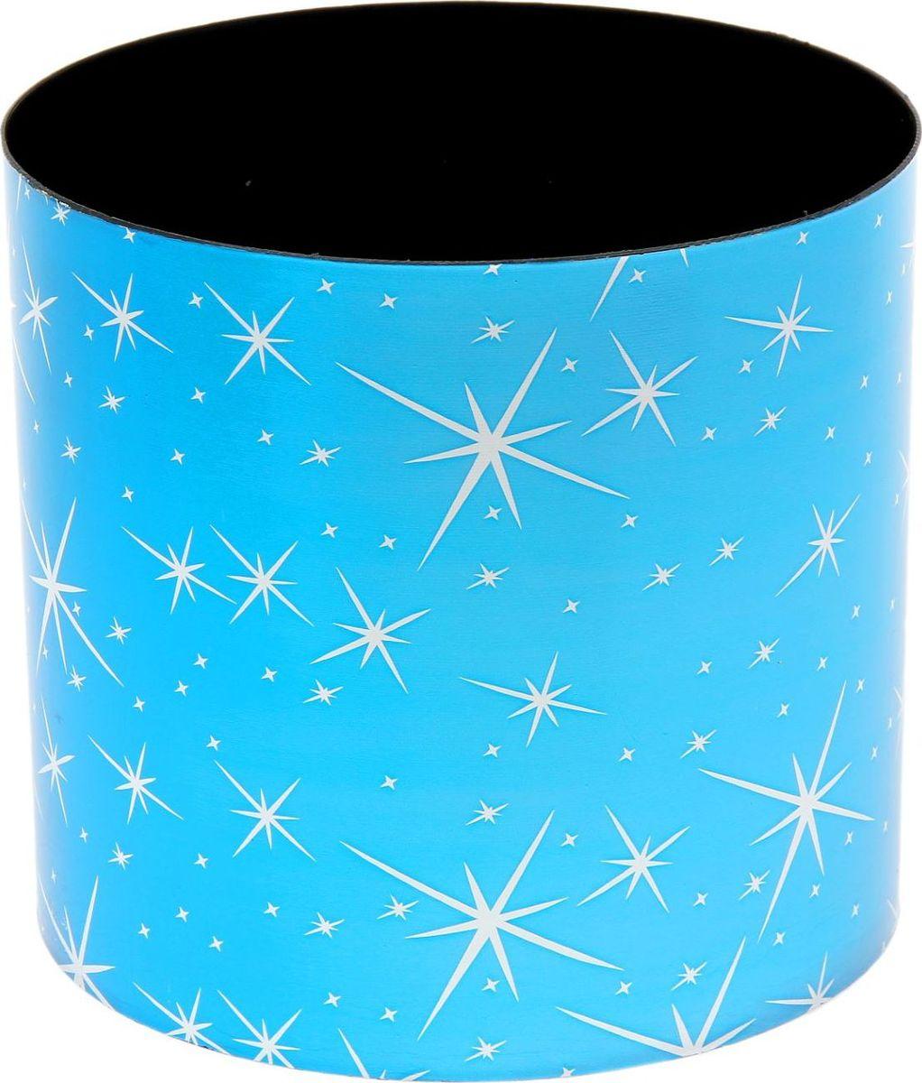 Горшок для цветов Simple Garden Звезды, со скрытым поддоном, цвет: голубой металлик, 5,1 л1915388Любой, даже самый современный и продуманный интерьер будет незавершенным без растений. Они не только очищают воздух и насыщают его кислородом, но и украшают окружающее пространство. Такому полезному члену семьи просто необходим красивый и функциональный дом! Оптимальный выбор материала — пластмасса! Почему мы так считаем? Малый вес. С легкостью переносите горшки и кашпо с места на место, ставьте их на столики или полки, не беспокоясь о нагрузке. Простота ухода. Кашпо не нуждается в специальных условиях хранения. Его легко чистить — достаточно просто сполоснуть теплой водой. Никаких потертостей. Такие кашпо не царапают и не загрязняют поверхности, на которых стоят. Пластик дольше хранит влагу, а значит, растение реже нуждается в поливе. Пластмасса не пропускает воздух — корневой системе растения не грозят резкие перепады температур. Огромный выбор форм, декора и расцветок — вы без труда найдете что-то, что идеально впишется в уже существующий интерьер. Соблюдая нехитрые правила ухода, вы можете заметно продлить срок службы горшков и кашпо из пластика: всегда учитывайте размер кроны и корневой системы (при разрастании большое растение способно повредить маленький горшок) берегите изделие от воздействия прямых солнечных лучей, чтобы горшки не выцветали держите кашпо из пластика подальше от нагревающихся поверхностей. Создавайте прекрасные цветочные композиции, выращивайте рассаду или необычные растения.