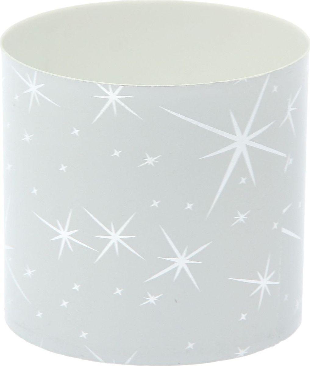 Горшок для цветов Simple Garden Звезды, со скрытым поддоном, цвет: белый металлик, 1 л1915389Любой, даже самый современный и продуманный интерьер будет незавершённым без растений. Они не только очищают воздух и насыщают его кислородом, но и украшают окружающее пространство. Такому полезному члену семьи просто необходим красивый и функциональный дом! Мы предлагаем #name#! Оптимальный выбор материала — пластмасса! Почему мы так считаем?Малый вес. С лёгкостью переносите горшки и кашпо с места на место, ставьте их на столики или полки, не беспокоясь о нагрузке. Простота ухода. Кашпо не нуждается в специальных условиях хранения. Его легко чистить — достаточно просто сполоснуть тёплой водой. Никаких потёртостей. Такие кашпо не царапают и не загрязняют поверхности, на которых стоят. Пластик дольше хранит влагу, а значит, растение реже нуждается в поливе. Пластмасса не пропускает воздух — корневой системе растения не грозят резкие перепады температур. Огромный выбор форм, декора и расцветок — вы без труда найдёте что-то, что идеально впишется в уже существующий интерьер. Соблюдая нехитрые правила ухода, вы можете заметно продлить срок службы горшков и кашпо из пластика:всегда учитывайте размер кроны и корневой системы (при разрастании большое растение способно повредить маленький горшок)берегите изделие от воздействия прямых солнечных лучей, чтобы горшки не выцветалидержите кашпо из пластика подальше от нагревающихся поверхностей. Создавайте прекрасные цветочные композиции, выращивайте рассаду или необычные растения.