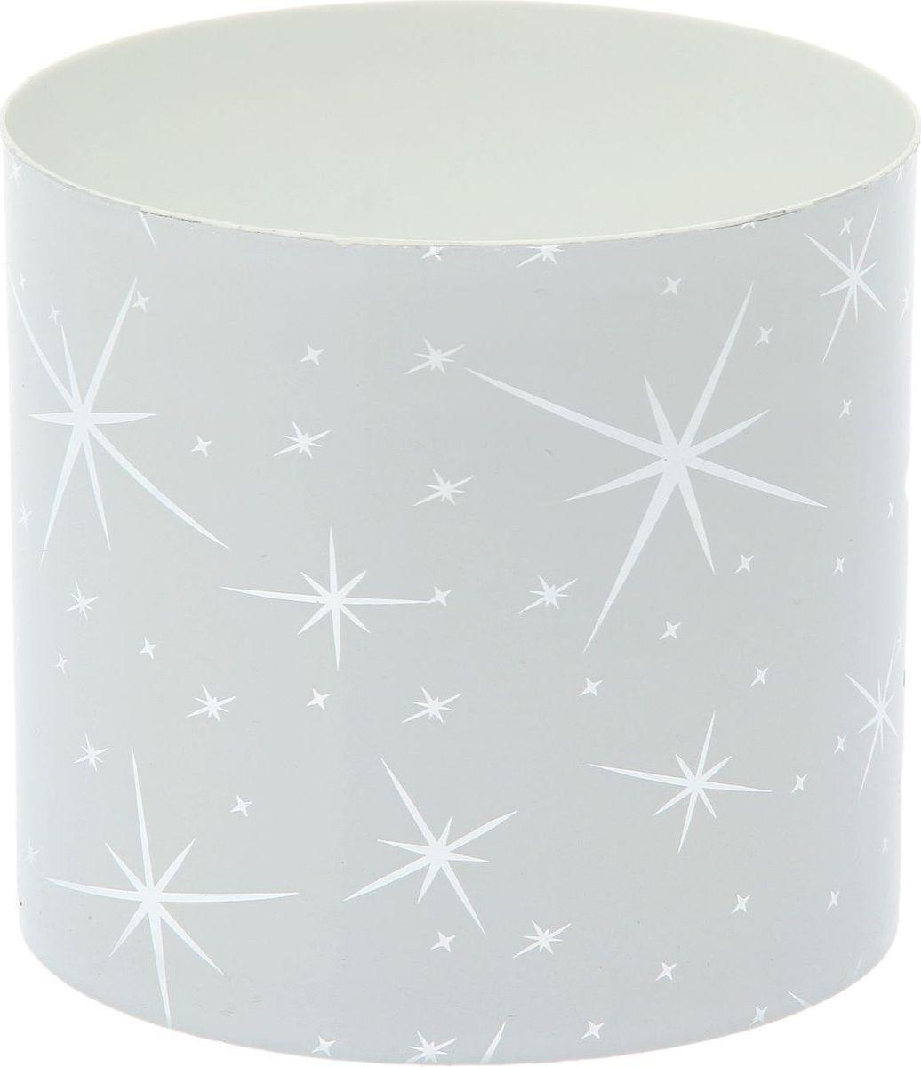 Горшок для цветов Simple Garden Звезды, со скрытым поддоном, цвет: белый металлик, 1,7 л1915390Любой, даже самый современный и продуманный интерьер будет незавершённым без растений. Они не только очищают воздух и насыщают его кислородом, но и украшают окружающее пространство. Такому полезному члену семьи просто необходим красивый и функциональный дом! Мы предлагаем #name#! Оптимальный выбор материала — пластмасса! Почему мы так считаем?Малый вес. С лёгкостью переносите горшки и кашпо с места на место, ставьте их на столики или полки, не беспокоясь о нагрузке. Простота ухода. Кашпо не нуждается в специальных условиях хранения. Его легко чистить — достаточно просто сполоснуть тёплой водой. Никаких потёртостей. Такие кашпо не царапают и не загрязняют поверхности, на которых стоят. Пластик дольше хранит влагу, а значит, растение реже нуждается в поливе. Пластмасса не пропускает воздух — корневой системе растения не грозят резкие перепады температур. Огромный выбор форм, декора и расцветок — вы без труда найдёте что-то, что идеально впишется в уже существующий интерьер. Соблюдая нехитрые правила ухода, вы можете заметно продлить срок службы горшков и кашпо из пластика:всегда учитывайте размер кроны и корневой системы (при разрастании большое растение способно повредить маленький горшок)берегите изделие от воздействия прямых солнечных лучей, чтобы горшки не выцветалидержите кашпо из пластика подальше от нагревающихся поверхностей. Создавайте прекрасные цветочные композиции, выращивайте рассаду или необычные растения.