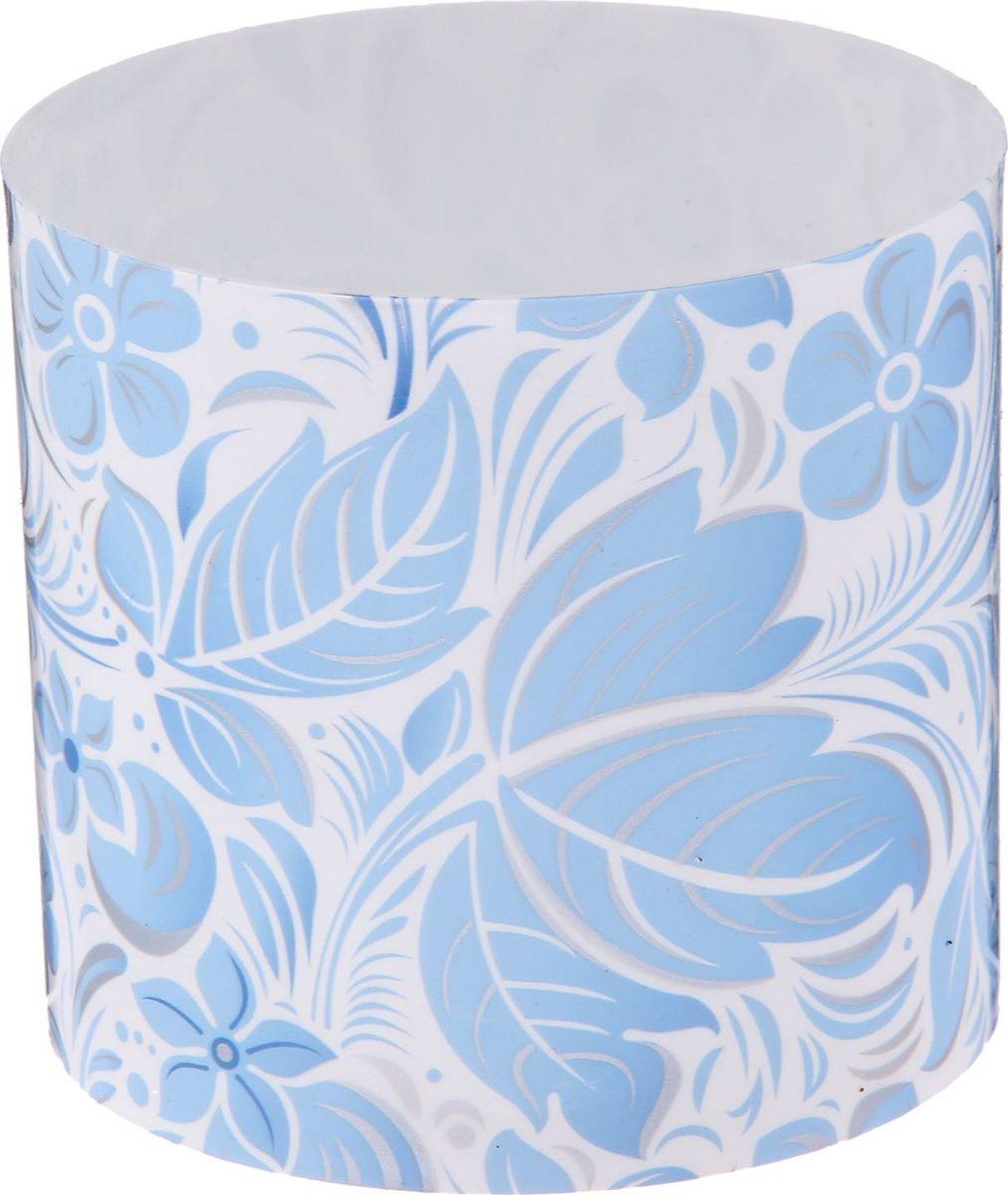 Горшок для цветов Simple Garden Листочки-цветочки, со скрытым поддоном, цвет: голубой, 1 л2265048Любой, даже самый современный и продуманный интерьер будет незавершённым без растений. Они не только очищают воздух и насыщают его кислородом, но и украшают окружающее пространство. Такому полезному члену семьи просто необходим красивый и функциональный дом! Мы предлагаем #name#! Оптимальный выбор материала — пластмасса! Почему мы так считаем?Малый вес. С лёгкостью переносите горшки и кашпо с места на место, ставьте их на столики или полки, не беспокоясь о нагрузке. Простота ухода. Кашпо не нуждается в специальных условиях хранения. Его легко чистить — достаточно просто сполоснуть тёплой водой. Никаких потёртостей. Такие кашпо не царапают и не загрязняют поверхности, на которых стоят. Пластик дольше хранит влагу, а значит, растение реже нуждается в поливе. Пластмасса не пропускает воздух — корневой системе растения не грозят резкие перепады температур. Огромный выбор форм, декора и расцветок — вы без труда найдёте что-то, что идеально впишется в уже существующий интерьер. Соблюдая нехитрые правила ухода, вы можете заметно продлить срок службы горшков и кашпо из пластика:всегда учитывайте размер кроны и корневой системы (при разрастании большое растение способно повредить маленький горшок)берегите изделие от воздействия прямых солнечных лучей, чтобы горшки не выцветалидержите кашпо из пластика подальше от нагревающихся поверхностей. Создавайте прекрасные цветочные композиции, выращивайте рассаду или необычные растения.