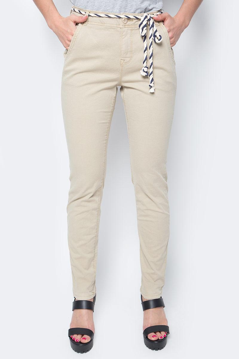 Брюки женские Tom Tailor, цвет: бежевый. 6404885.09.71_8229. Размер M (46)6404885.09.71_8229Женские брюки Tom Tailor, стилизованные под джинсы, изготовлены из эластичного хлопка. Брюки на талии застегиваются на пуговицу, так же предусмотрена ширинка за застежке-молнии. Модель на талии дополнена шлевками для ремня и оригинальным пояском. По бокам имеются два втачных кармана, а сзади - два прорезных кармана.Такие брюки великолепно дополнят базовый гардероб современной и уверенной в себе девушки.