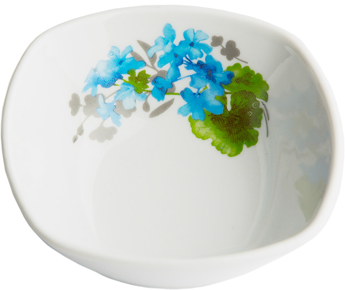 Салатник Дулевский Фарфор Голубая герань, квадратный, 300 мл071882Квадратный салатник Дулевский Фарфор выполнен из высококачественного фарфора, покрытого глазурью. Такой салатник отлично подойдет для подачи салатов, закусок, нарезок. Он красиво дополнит сервировку стола и станет полезным приобретением для кухни.