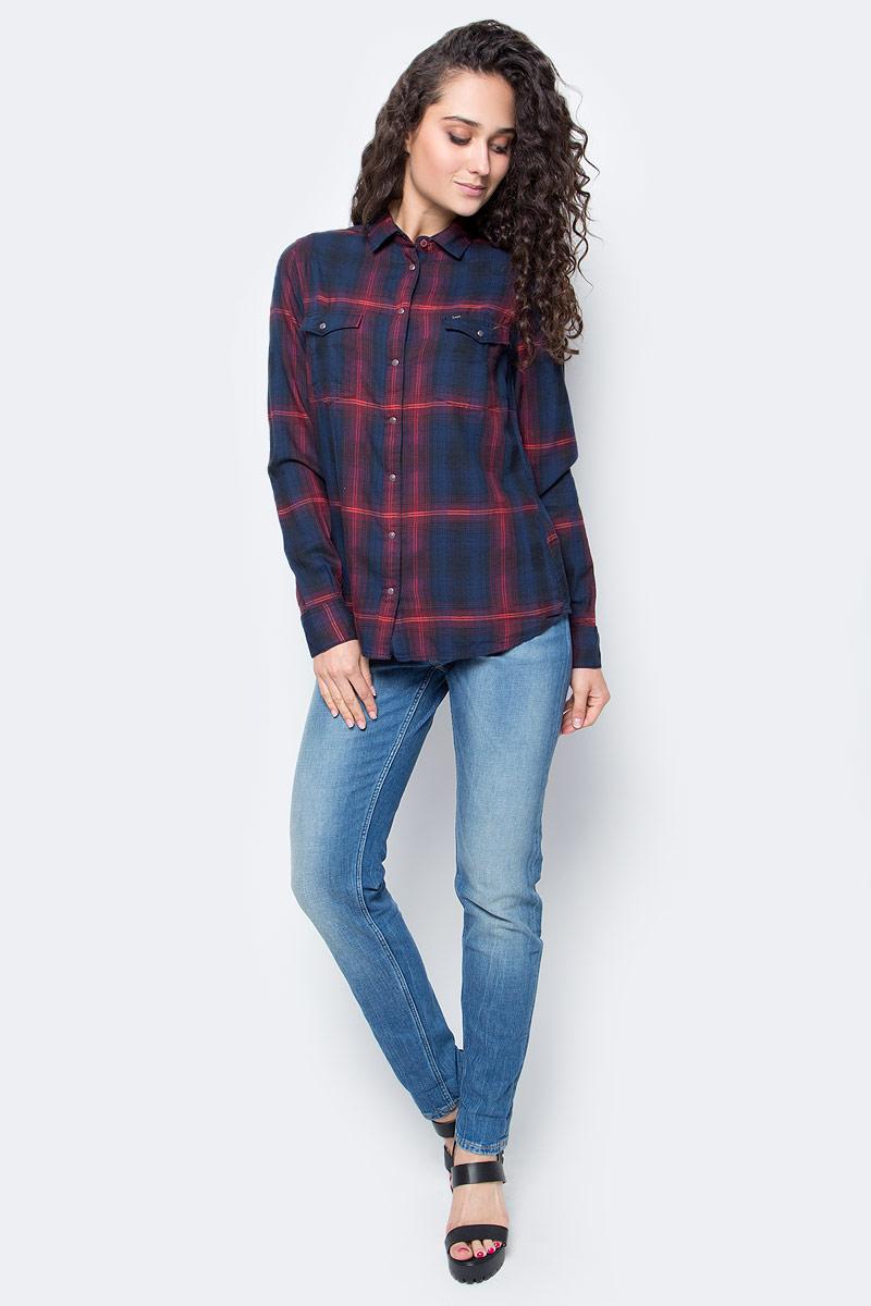 Рубашка женская Lee, цвет: темно-синий. L47WLGPD. Размер S (44)L47WLGPDСтильная женская рубашка Lee, выполнена из хлопка с добавлением модала.Модель классического кроя с отложным воротником застегивается на кнопки по всей длине. Рубашка дополнена двумя накладными карманами на груди. Длинные рукава рубашки дополнены манжетами на пуговицах. Оформлена модель интересным принтом в клетку.