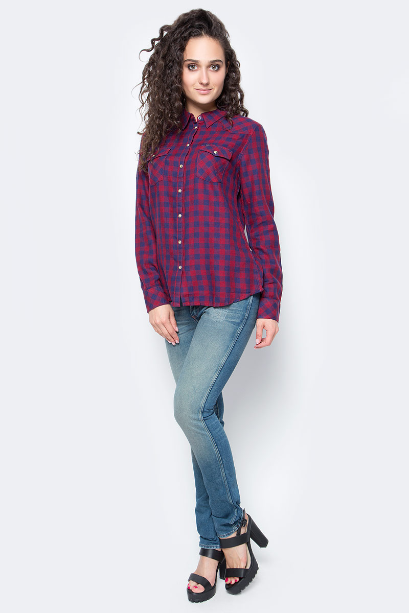 Рубашка женская Wrangler, цвет: красный, синий. W5045CARI. Размер S (44)W5045CARIСимпатичная женская рубашка Wrangler, изготовлена из высококачественного материала. Модная рубашка с длинными рукавами и отложным воротником, застегивается на кнопки по всей длине и пуговицу на воротничке. Спереди модель дополнена двумя накладными карманами с клапанами на кнопках. Оформлена модель принтом в клетку.