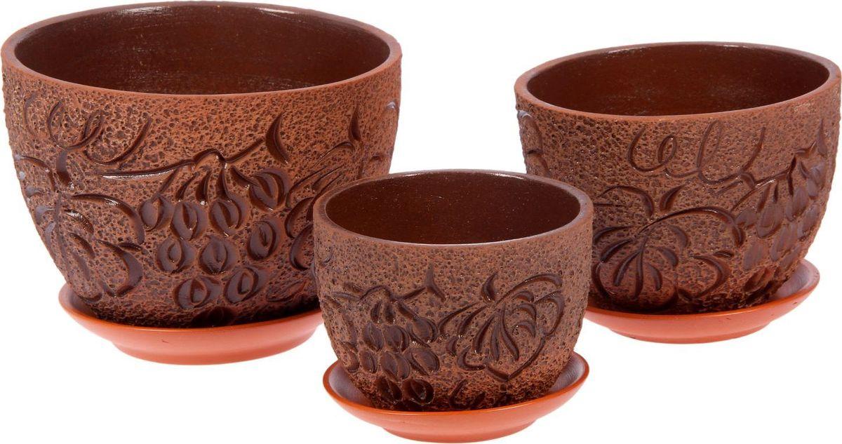 Набор кашпо Виноград, 3 предмета1039897Комнатные растения — всеобщие любимцы. Они радуют глаз, насыщают помещение кислородом и украшают пространство. Каждому из них необходим свой удобный и красивый дом. Кашпо из керамики прекрасно подходят для высадки растений: за счет пластичности глины и разных способов обработки существует великое множество форм и дизайнов пористый материал позволяет испаряться лишней влаге воздух, необходимый для дыхания корней, проникает сквозь керамические стенки! позаботится о зеленом питомце, освежит интерьер и подчеркнет его стиль.