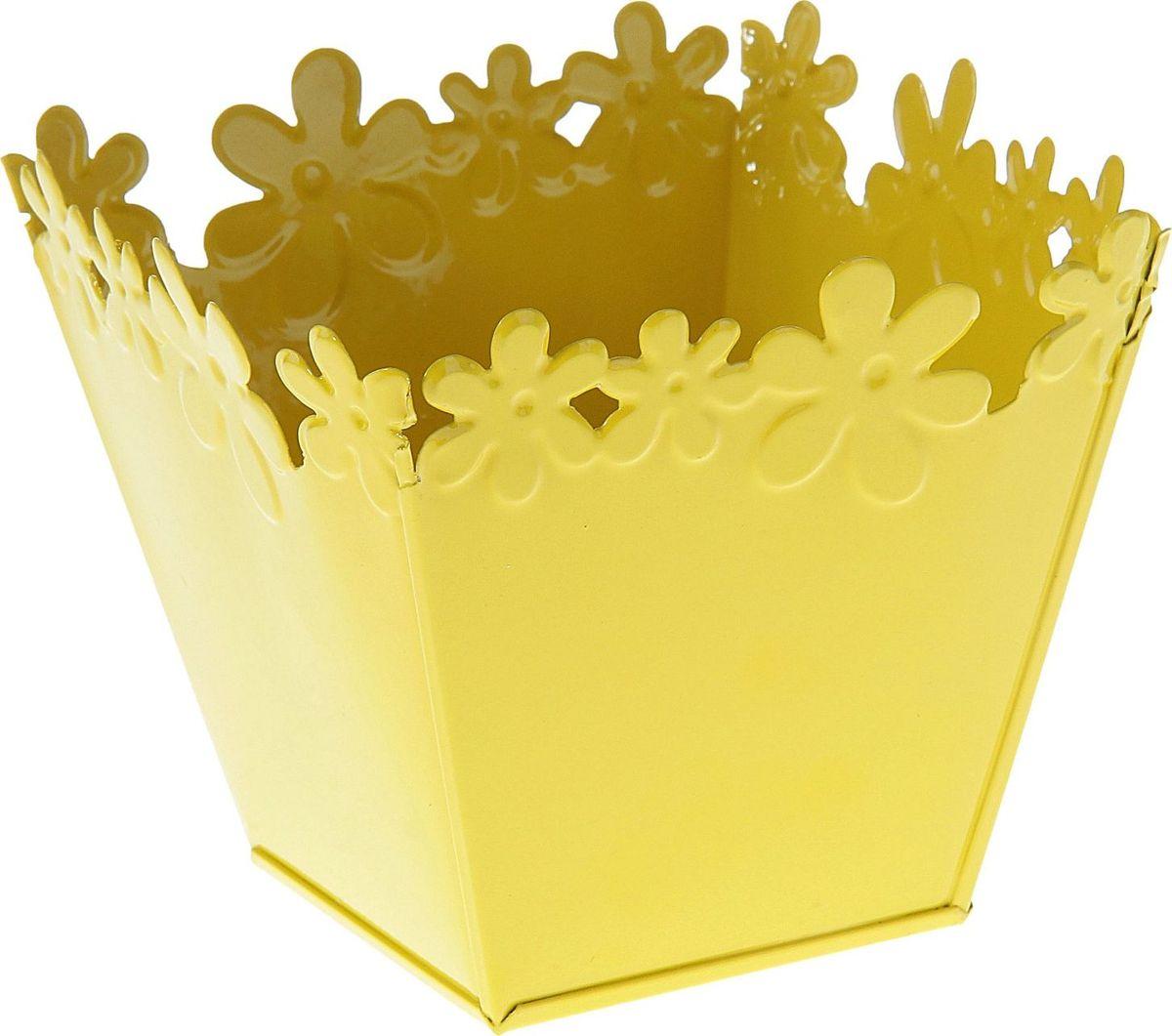 Кашпо Цветочный край. Квадрат, цвет: желтый, 1 л139748Комнатные растения — всеобщие любимцы. Они радуют глаз, насыщают помещение кислородом и украшают пространство. Каждому из растений необходим свой удобный и красивый дом. Металлические декоративные вазы для горшков практичны и долговечны. #name# позаботится о зелёном питомце, освежит интерьер и подчеркнёт его стиль. Особенно выигрышно они смотрятся в экстерьере: на террасах и в беседках. При желании его всегда можно перекрасить в другой цвет.