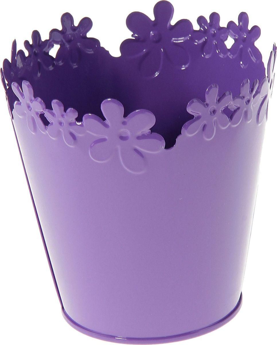 Кашпо Цветочный край. Круг, цвет: фиолетовый, 1-2 л139755Комнатные растения — всеобщие любимцы. Они радуют глаз, насыщают помещение кислородом и украшают пространство. Каждому из растений необходим свой удобный и красивый дом. Металлические декоративные вазы для горшков практичны и долговечны. #name# позаботится о зелёном питомце, освежит интерьер и подчеркнёт его стиль. Особенно выигрышно они смотрятся в экстерьере: на террасах и в беседках. При желании его всегда можно перекрасить в другой цвет.