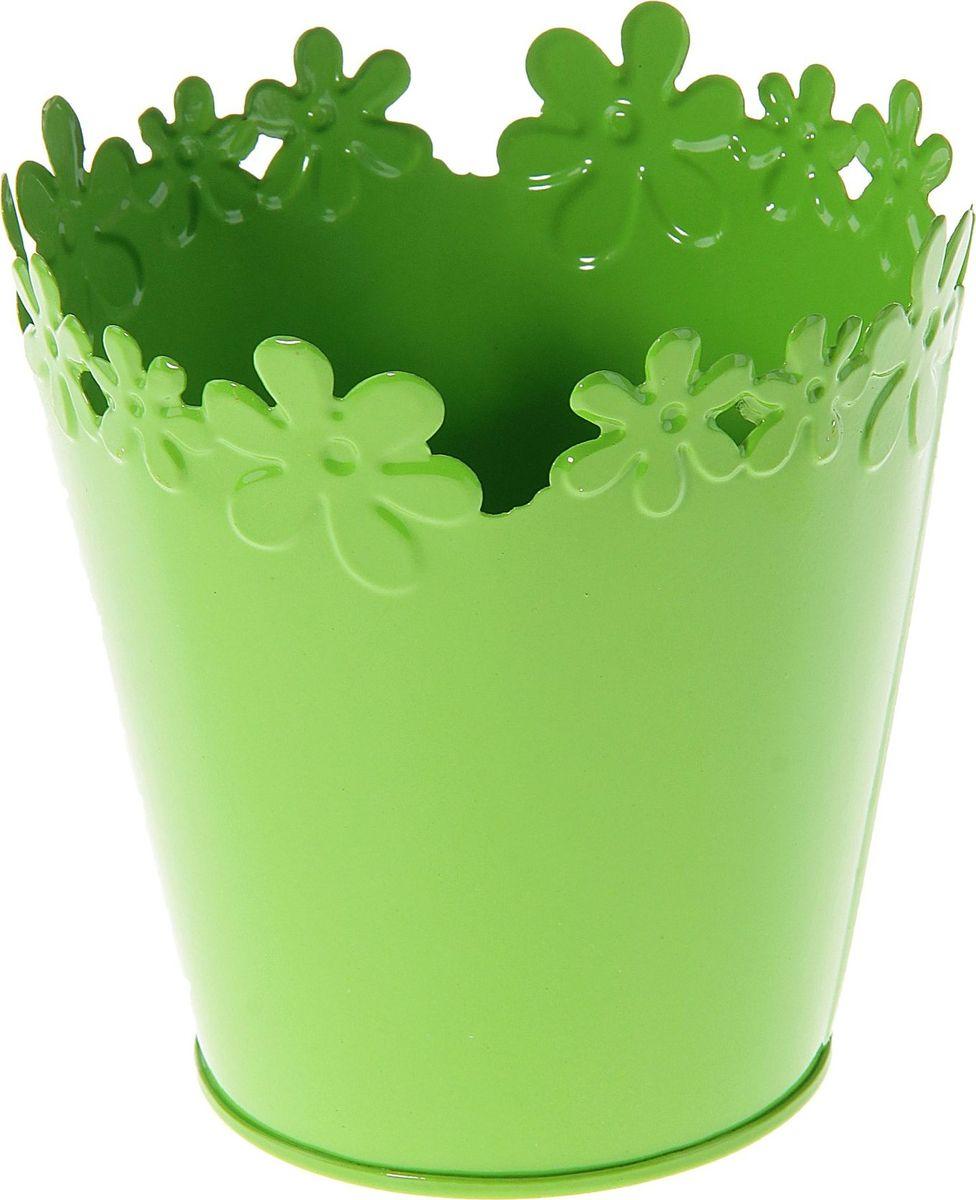Кашпо Цветочный край. Круг, цвет: зеленый, 1-2 л139756Комнатные растения — всеобщие любимцы. Они радуют глаз, насыщают помещение кислородом и украшают пространство. Каждому из растений необходим свой удобный и красивый дом. Металлические декоративные вазы для горшков практичны и долговечны. #name# позаботится о зелёном питомце, освежит интерьер и подчеркнёт его стиль. Особенно выигрышно они смотрятся в экстерьере: на террасах и в беседках. При желании его всегда можно перекрасить в другой цвет.