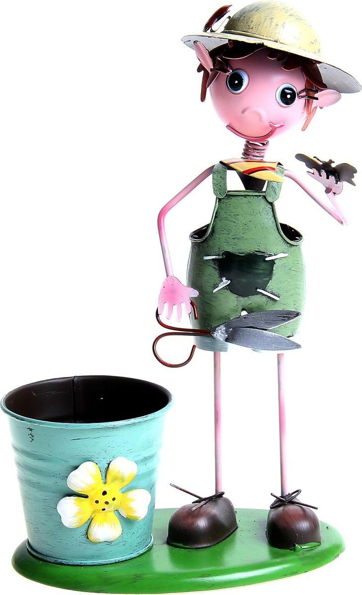 Фигура садовая Мальчик с ножницами, с кашпо, 16 х 11 х 28 см139793 Зачем нужны «садовые фигуры»? Садовые фигуры – настоящий хит этого лета! Какая хозяйка откажется сделать свой дачный участок особенным? Хотите оригинально оживить ваш сад, поразив всех гостей? Долой скучные дачи! Сейчас модно садить в траву или на грядки уморительных зверюшек, яркие грибочки, цветы или даже фонтаны! Садовая фигура будет милым украшением вашего участка. Она придаст ему «изюминку» и позволит выделить его среди других. Почувствуйте себя ландшафтным дизайнером, планируя каждую деталь!Где использовать? Разместите фигурку у клумбы – она подчеркнет яркость ваших цветов. Оставьте у грядок - Садовая фигура с кашпо Мальчик с ножницами будет отпугивать ворон от посягательств на ваш урожай. У калитки фигурка будет встречать гостей, а рядом с огородом – поднимать настроение во время работы. Небольшая емкость может служить горшком для прекрасного цветка, кормушкой для птиц или своеобразным «тайником».Достоинства: ##Name## будет активно привлекать внимание к вашему дачному участку: яркие краски, обилие мелких, изящно выполненных деталей, позитивный и добродушный персонаж. Голова крепится на пружине, что позволяет фигурке покачивать ею при порывах ветра. Изделие выполнено из металла, что значительно продляет срок его службы. Специальные краски не выгорают на солнце, не размокают от влаги, а широкая подставка гарантирует устойчивость на любых поверхностях. Сделайте свой участок особенным!