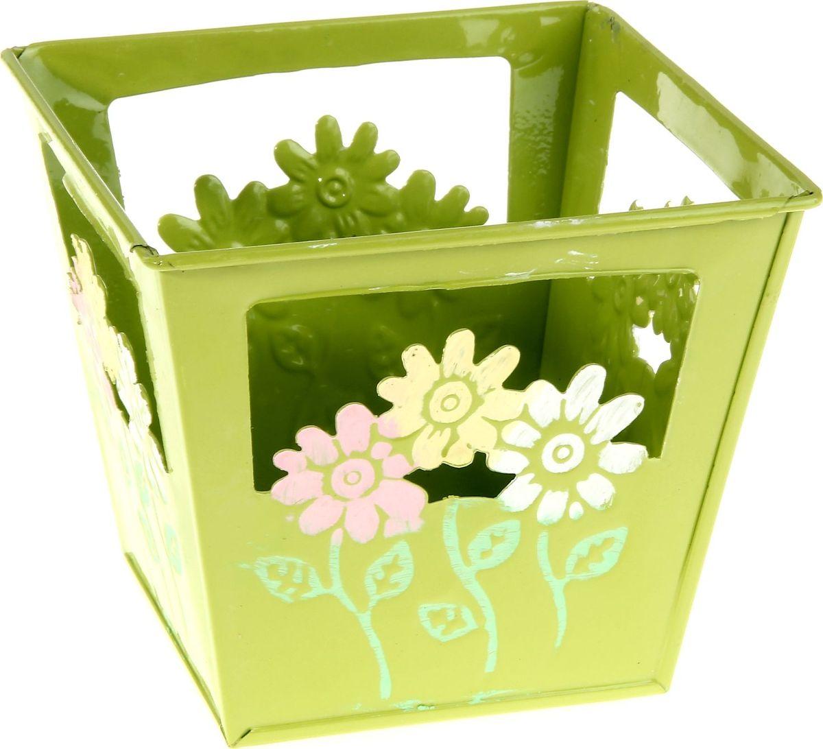 Кашпо Цветочки, цвет: салатовый, 12 х 12 х10 см232866Комнатные растения — всеобщие любимцы. Они радуют глаз, насыщают помещение кислородом и украшают пространство. Каждому из растений необходим свой удобный и красивый дом. Металлические декоративные вазы для горшков практичны и долговечны. позаботится о зеленом питомце, освежит интерьер и подчеркнет его стиль. Особенно выигрышно они смотрятся в экстерьере: на террасах и в беседках. При желании его всегда можно перекрасить в другой цвет.