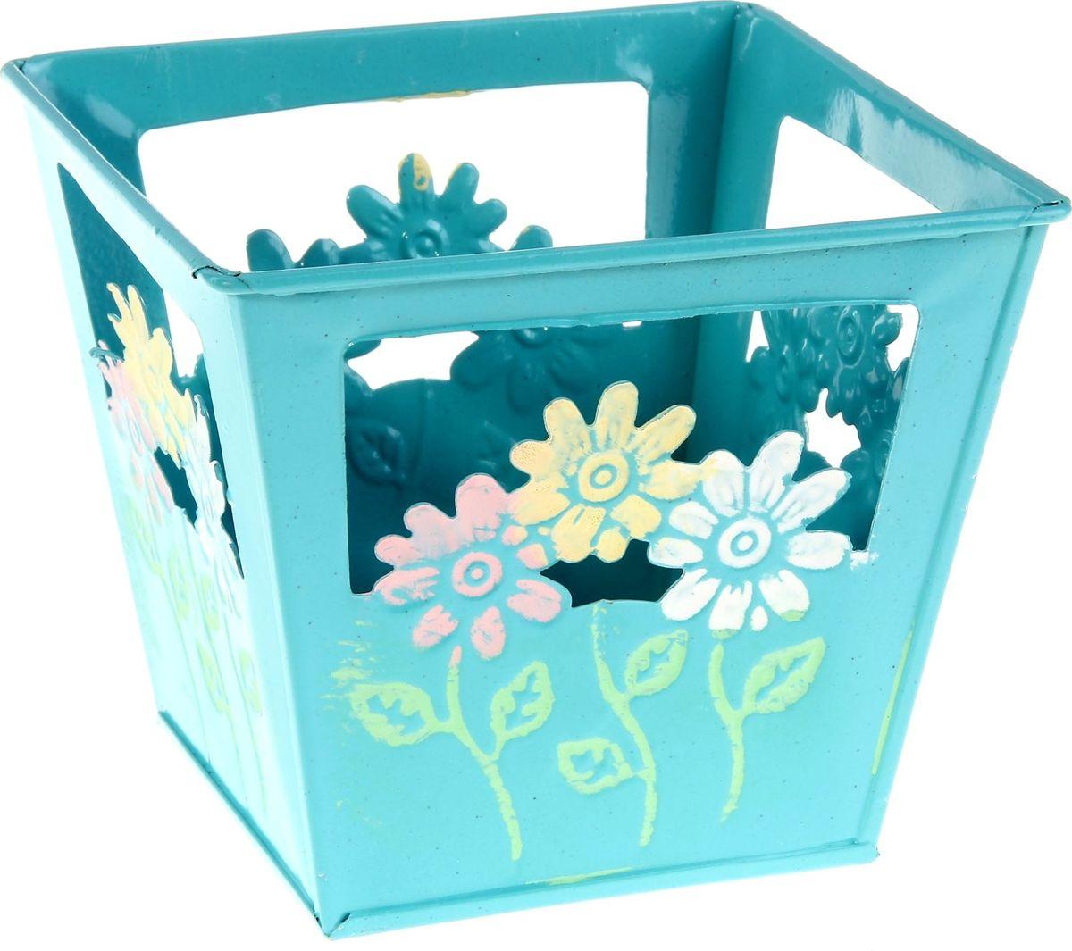 Кашпо Цветочки, цвет: голубой, 12 х 12 х10 см232867Комнатные растения — всеобщие любимцы. Они радуют глаз, насыщают помещение кислородом и украшают пространство. Каждому из растений необходим свой удобный и красивый дом. Металлические декоративные вазы для горшков практичны и долговечны. #name# позаботится о зелёном питомце, освежит интерьер и подчеркнёт его стиль. Особенно выигрышно они смотрятся в экстерьере: на террасах и в беседках. При желании его всегда можно перекрасить в другой цвет.