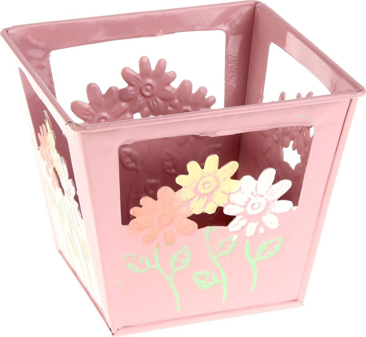 Кашпо Цветочки, цвет: розовый, 12 х 12 х10 см232868Комнатные растения — всеобщие любимцы. Они радуют глаз, насыщают помещение кислородом и украшают пространство. Каждому из растений необходим свой удобный и красивый дом. Металлические декоративные вазы для горшков практичны и долговечны. #name# позаботится о зелёном питомце, освежит интерьер и подчеркнёт его стиль. Особенно выигрышно они смотрятся в экстерьере: на террасах и в беседках. При желании его всегда можно перекрасить в другой цвет.