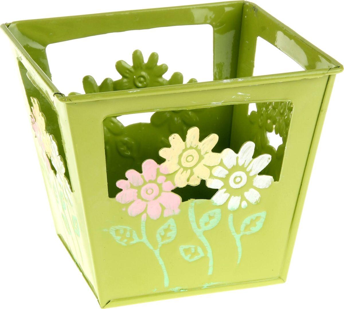 Кашпо Цветочки, цвет: салатовый, 15 х 15 х 13 см232902Комнатные растения — всеобщие любимцы. Они радуют глаз, насыщают помещение кислородом и украшают пространство. Каждому из растений необходим свой удобный и красивый дом. Металлические декоративные вазы для горшков практичны и долговечны. #name# позаботится о зелёном питомце, освежит интерьер и подчеркнёт его стиль. Особенно выигрышно они смотрятся в экстерьере: на террасах и в беседках. При желании его всегда можно перекрасить в другой цвет.