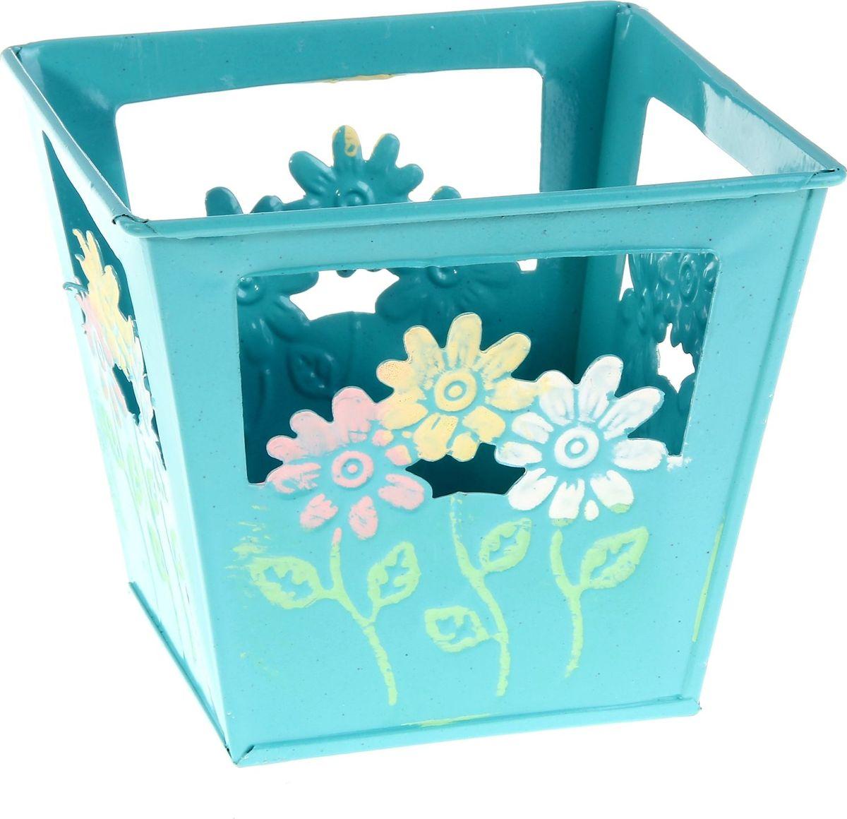 Кашпо Цветочки, цвет: голубой, 15 х 15 х 13 см232946Комнатные растения — всеобщие любимцы. Они радуют глаз, насыщают помещение кислородом и украшают пространство. Каждому из растений необходим свой удобный и красивый дом. Металлические декоративные вазы для горшков практичны и долговечны. #name# позаботится о зелёном питомце, освежит интерьер и подчеркнёт его стиль. Особенно выигрышно они смотрятся в экстерьере: на террасах и в беседках. При желании его всегда можно перекрасить в другой цвет.