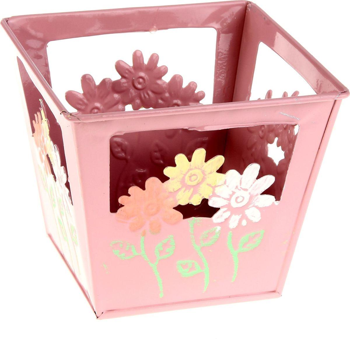 Кашпо Цветочки, цвет: розовый, 15 х 15 х 13 см232947Комнатные растения — всеобщие любимцы. Они радуют глаз, насыщают помещение кислородом и украшают пространство. Каждому из растений необходим свой удобный и красивый дом. Металлические декоративные вазы для горшков практичны и долговечны. Позаботится о зеленом питомце, освежит интерьер и подчеркнет его стиль. Особенно выигрышно они смотрятся в экстерьере: на террасах и в беседках. При желании его всегда можно перекрасить в другой цвет.