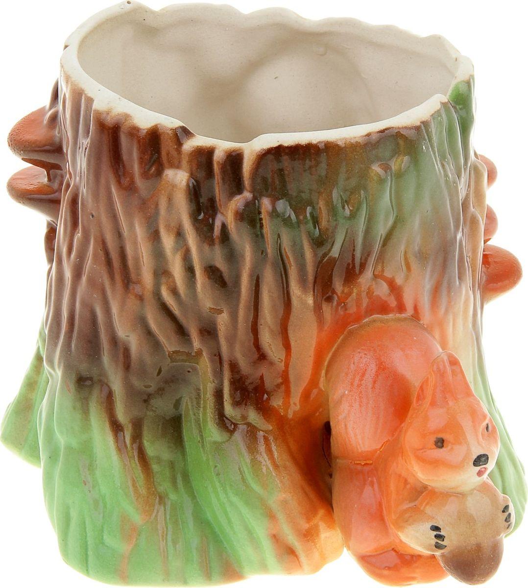 Кашпо Керамика ручной работы Пень и белка, 1,5 л835426Декоративное кашпо, выполненное из высококачественной керамики, предназначено для посадки декоративных растений и станет прекрасным украшением для дома. Пористый материал позволяет испаряться лишней влаге, а воздух, необходимый для дыхания корней, проникает сквозь керамические стенки. Фигурное кашпо украсит окружающее пространство и подчеркнет его оригинальный стиль.