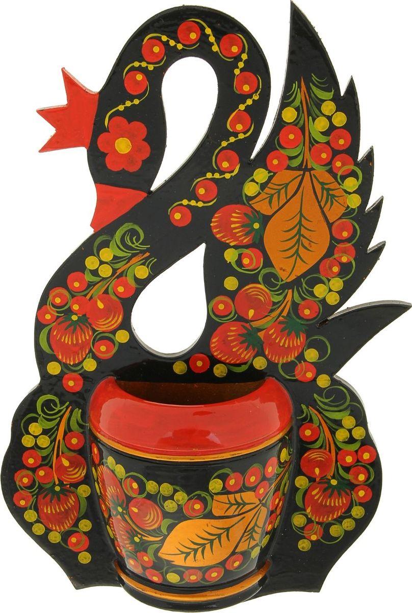 Кашпо Лебедь, 5 х 17 х 26 см991244Хохлома является истинным олицетворением традиции народных промыслов на Руси. Любима она и сегодня за свои неповторимые узоры и гармоничное цветовое сочетание. Основные краски, применяемые в росписи, относятся к теплой гамме спектра: красный, черный, золотой. Сочетание этих цветов, пришедших из иконописи, очень символично:красный (красивый) – цвет властизолотой – цвет поиска, благополучия, божественного началачерный – цвет занавеси перед вечной жизнью, цвет духовного очищения. Такой колорит способствует снятию стресса, и сравним с восприятием плавно текущей реки или мирно горящего огня. Традиционные элементы Хохломы — красные сочные ягоды рябины и земляники, цветы и ветки. Нередко встречаются птицы, рыбы и звери. Расписывают изделия вручную, без предварительной разметки, благодаря этому каждое изделие уникально, и рисунок каждый раз отличается от предыдущего.