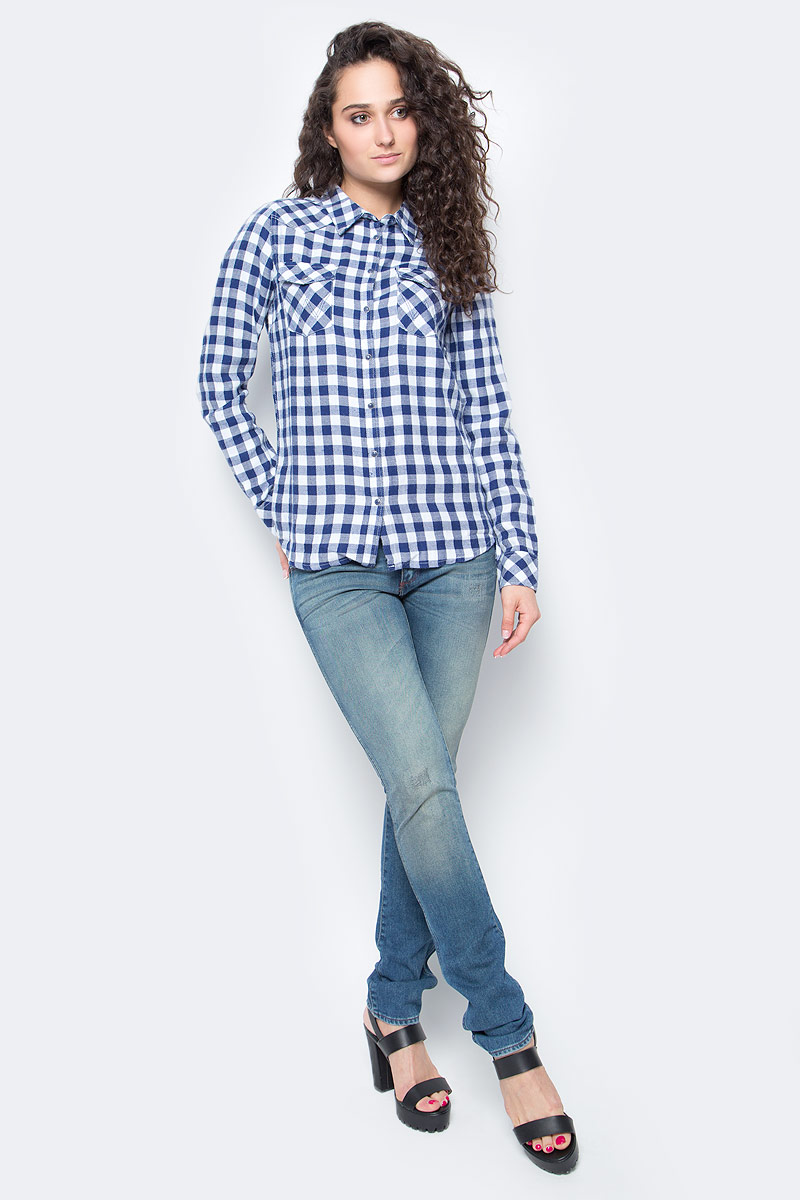 Рубашка женская Wrangler, цвет: синий. W5045CA35. Размер M (46)W5045CA35Симпатичная женская рубашка Wrangler изготовлена из высококачественного материала. Модная рубашка с длинными рукавами и отложным воротником, застегивается на кнопки по всей длине и пуговицу на воротничке. Спереди модель дополнена двумя накладными карманами с клапанами на кнопках. Оформлена модель принтом в клетку.