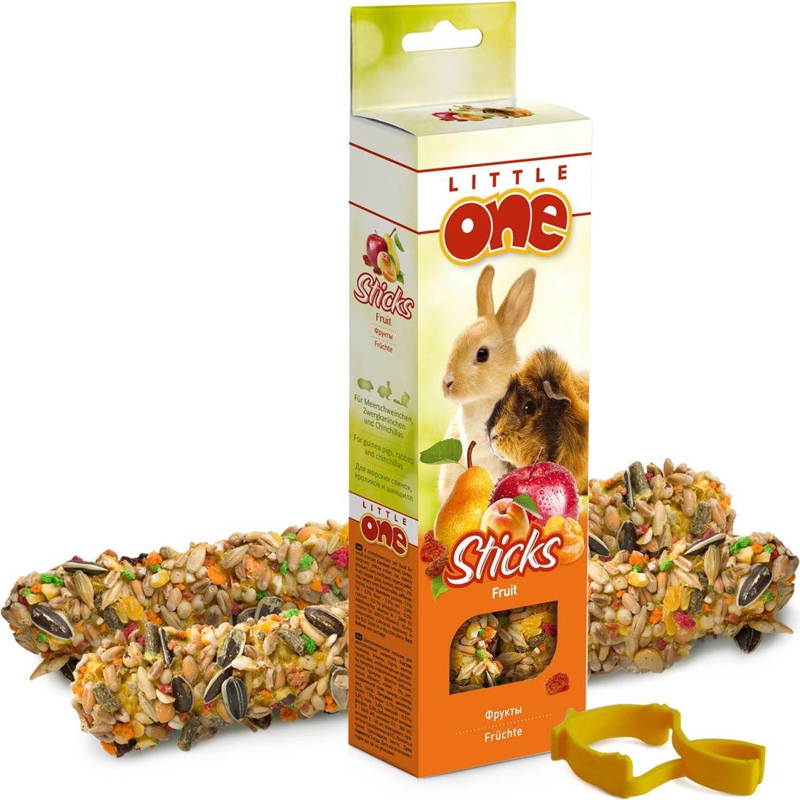 Лакомство для морских свинок, кроликов и шиншилл Little One Sticks, с фруктами, 2 х 60 г56832Лакомство Little One Sticks с фруктами - это дополнительное питание для морских свинок, кроликов и шиншилл. В процессе производства палочки запекают в специальных печах особым способом, это обеспечивает превосходный вкус и хрустящую консистенцию.Лакомство имеет буковый стержень, который отлично подходит для стачивания зубов.В комплект входит съемный держатель.Товар сертифицирован.
