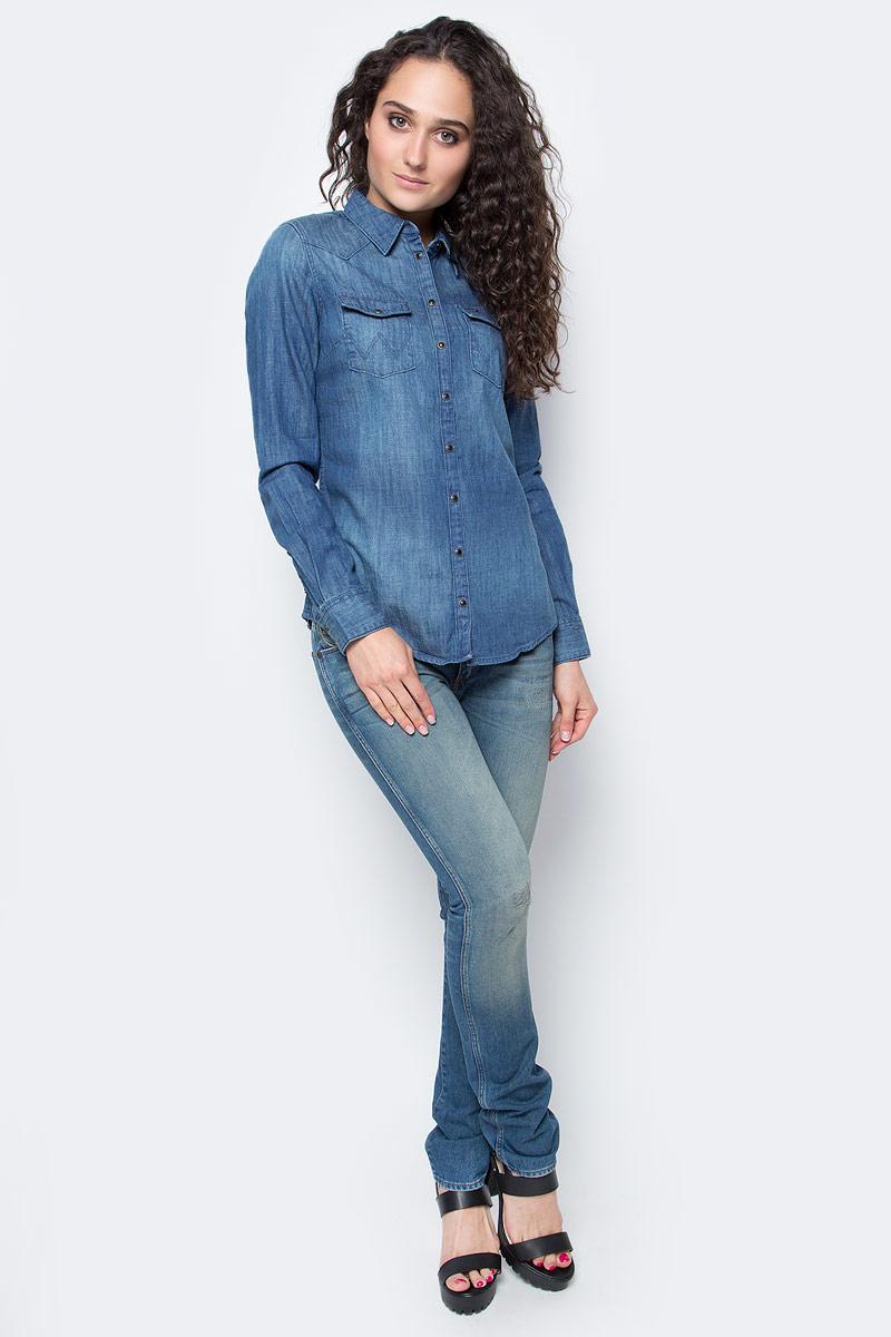 Рубашка женская Wrangler, цвет: синий. W50457P8E. Размер S (44)W50457P8EЖенская рубашка Wrangler выполнена из натурального хлопка. Рубашка с длинными рукавами и отложным воротником застегивается на кнопки спереди. Манжеты рукавов также застегиваются на кнопки. Рубашка оформлена вышивкой в виде цветов на рукавах. На груди расположены два накладных кармана.