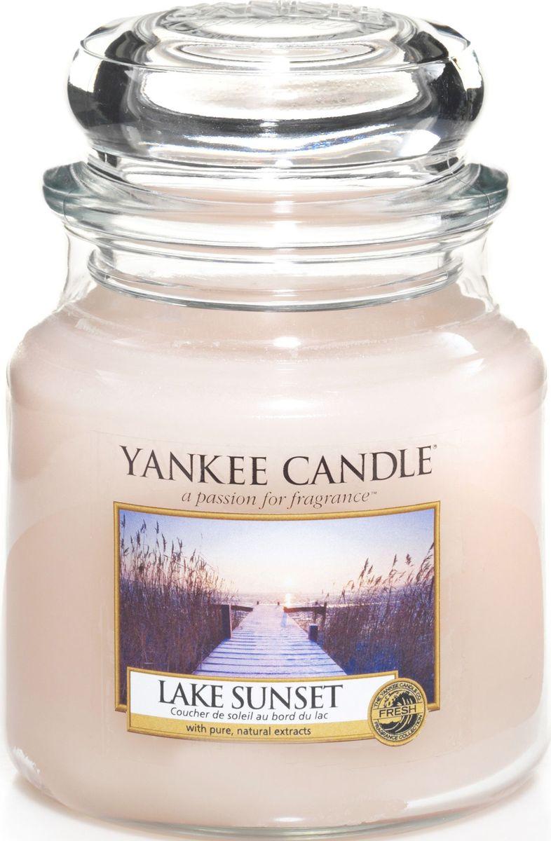 Ароматическая свеча Yankee Candle Закат на озере / Lake Sunset, 65-90 ч1270618EАроматическая свеча Yankee Candle не только окутает вас волшебным ароматом, но еще и прекрасно впишется в интерьер. Использовать изделие можно как в доме, так и на веранде или в саду. Свеча в стеклянной банке с крышкой выполнена из высокоочищенного парафина с добавлением натуральных эфирных масел. Стекло делает горение свечи безопасным.Описание ароматической композиции: потрясающе свежий и одновременно сладковатый и романтичный аромат, напоминающий лучи солнца перед закатом и отражающий свежесть воды.Верхние ноты: Ананас, Манго, Франжипани (Плюмерия), Груша, Апельсин.Средние ноты: Озон, Ландыш, Фрезия.Базовые ноты: Мускус; Древесные, Восточные, Ванильные, Сливочные ноты; Пачули.
