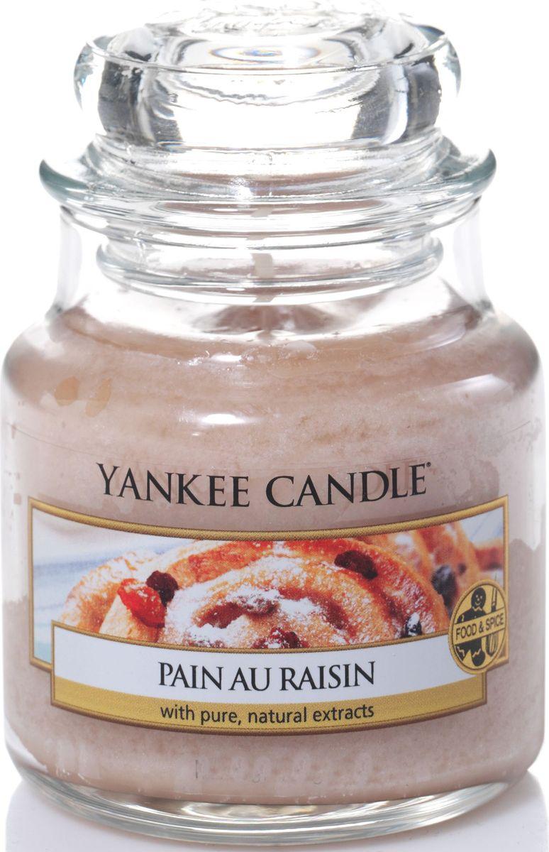 Ароматическая свеча Yankee Candle Булочка с изюмом / Pain Au Raisin, 25-45 ч1332254EАроматическая свеча Yankee Candle не только окутает вас волшебным ароматом, но еще и прекрасно впишется в интерьер. Использовать изделие можно как в доме, так и на веранде или в саду. Свеча в стеклянной банке с крышкой выполнена из высокоочищенного парафина с добавлением натуральных эфирных масел. Стекло делает горение свечи безопасным.Описание ароматической композиции: дразнящий аромат коньяка с изюмом, запеченным в маслянистое ванильное тесто с корицей.Верхняя нота: Палочка корицы, Сахар-сырец, Масло миндаля.Средняя нота: Пряный изюм, Слива, Сладкий рис.Базовая нота: Ваниль, Солод, Коньяк.