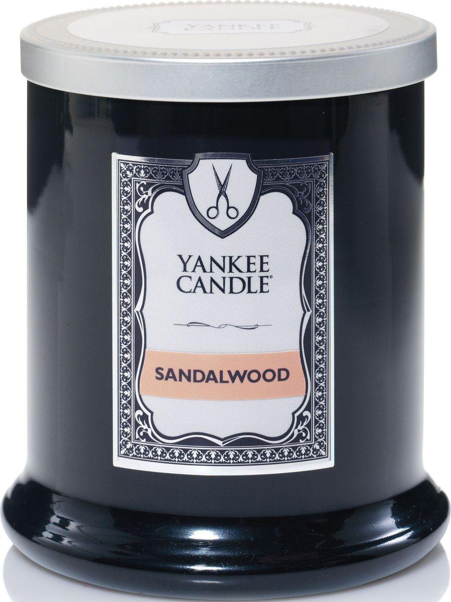 Ароматическая свеча Yankee Candle Barbershop Сандаловое дерево / Sandalwood, 45 ч1502075EАроматическая свеча для мужчин Yankee Candle Barbershop не только окутает вас волшебным ароматом, но еще и прекрасно впишется в интерьер. Использовать изделие можно как в доме, так и на веранде или в саду. Свеча в керамической банке выполнена из высококачественного воска. Коллекция представлена в 5 ароматах, каждый из которых описывает своим ароматом один из запахов парикмахерской.Аромат Sandalwood - аромат сандалового дерева.