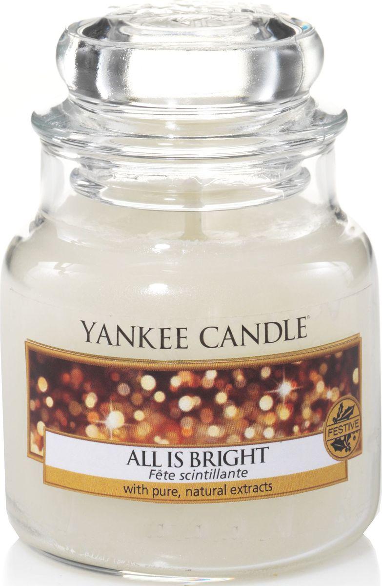 Ароматическая свеча Yankee Candle Светло и ярко / All Is Bright, 25-45 ч1513535EАроматическая свеча Yankee Candle не только окутает вас волшебным ароматом, но еще и прекрасно впишется в интерьер. Использовать изделие можно как в доме, так и на веранде или в саду. Свеча в стеклянной банке с крышкой выполнена из высокоочищенного парафина с добавлением натуральных эфирных масел. Стекло делает горение свечи безопасным.Описание ароматической композиции: смесь сверкающих цитрусовых ароматов, дрейфующих на теплой базовой ноте мускуса.Верхняя нота: Грейпфрут, Апельсин.Средняя нота: Красная смородина.Базовая нота: Сладкий мускус.
