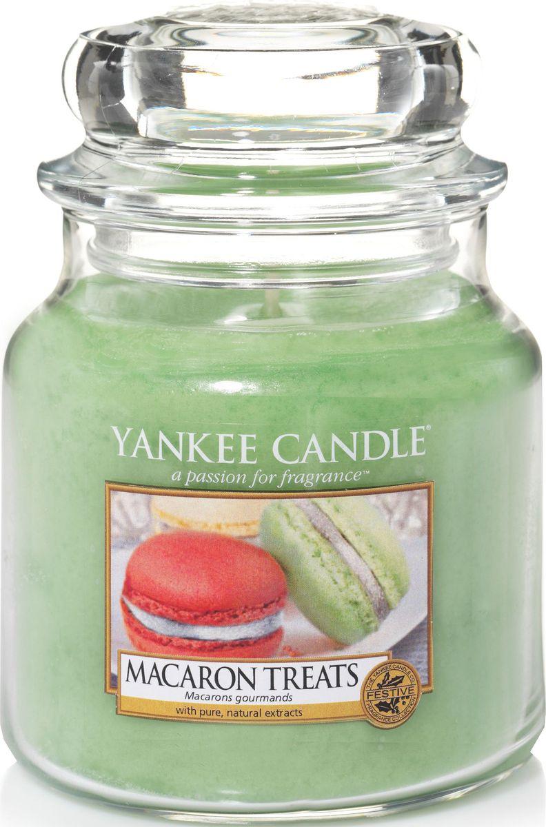 Ароматическая свеча Yankee Candle Макаруны / Macaron Treats, 65-90 ч1521053EАроматическая свеча Yankee Candle не только окутает вас волшебным ароматом, но еще и прекрасно впишется в интерьер. Использовать изделие можно как в доме, так и на веранде или в саду. Свеча в стеклянной банке с крышкой выполнена из высокоочищенного парафина с добавлением натуральных эфирных масел. Стекло делает горение свечи безопасным.Описание ароматической композиции: классический парижский макарун - сладкий и легкий, как воздух, с нотами ванили, миндаля и, конечно же, сахара.Верхняя нота: Кондитерский сахар.Средняя нота: Печенье, Миндаль.Базовая нота: Ваниль.