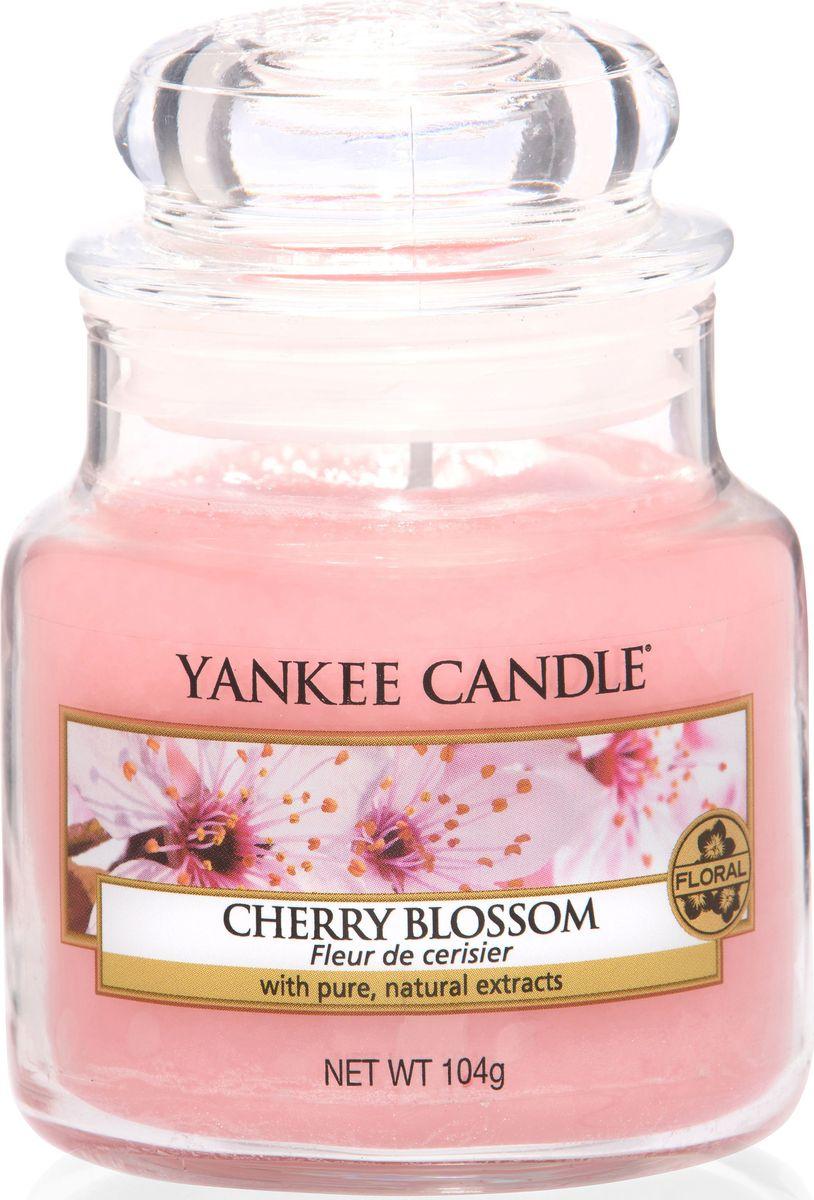 Ароматическая свеча Yankee Candle Цветущая вишня / Cherry Blossom, 25-45 ч1542838EАроматическая свеча Yankee Candle не только окутает вас волшебным ароматом, но еще и прекрасно впишется в интерьер. Использовать изделие можно как в доме, так и на веранде или в саду. Свеча в стеклянной банке с крышкой выполнена из высокоочищенного парафина с добавлением натуральных эфирных масел. Стекло делает горение свечи безопасным.Описание ароматической композиции: очаровательная и огромная охапка свежих цветов вишни превратит любую комнату в ароматный вишневый сад.Верхняя нота: Вишня.Средняя нота: Роза, Вишня, Жасмин.Базовая нота: Пудровый мускус, Сандаловое дерево.