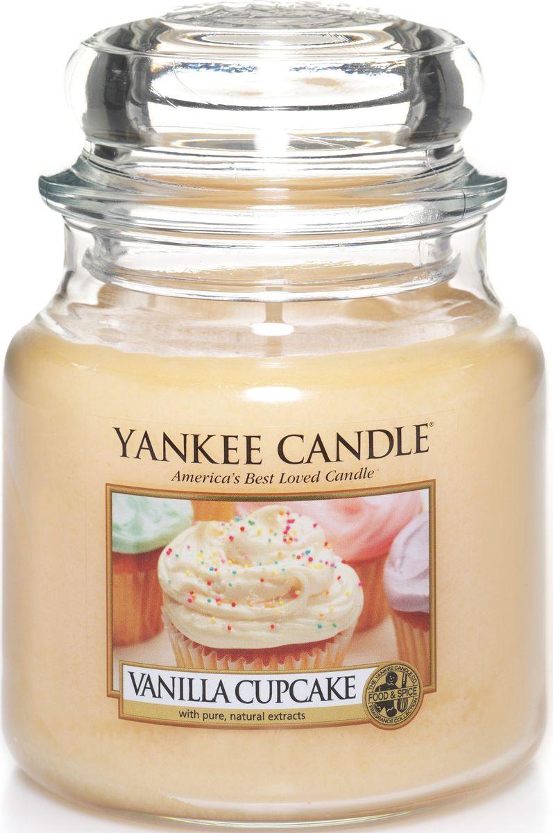 Ароматическая свеча Yankee Candle Ванильный кекс / Vanilla Cupcake, 65-90 ч1093708ЕАроматическая свеча Yankee Candle не только окутает вас волшебным ароматом, но еще и прекрасно впишется в интерьер. Использовать изделие можно как в доме, так и на веранде или в саду. Свеча в стеклянной банке с крышкой выполнена из высокоочищенного парафина с добавлением натуральных эфирных масел. Стекло делает горение свечи безопасным. Описание ароматической композиции: богатый, сливочный аромат ванильного кекса с оттенками лимона и большим количеством глазури. Верхняя нота: Ванильная глазурь, Солодовый сахар.Средняя нота: Бисквит, Шоколад. Базовая нота: Какао, Ваниль.
