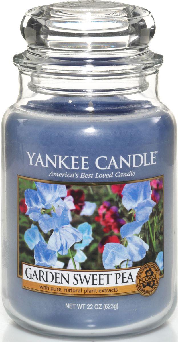 Ароматическая свеча Yankee Candle Душистый горошек / Garden Sweet Pea, 110-150 ч1152860ЕАроматическая свеча Yankee Candle не только окутает вас волшебным ароматом, но еще и прекрасно впишется в интерьер. Использовать изделие можно как в доме, так и на веранде или в саду. Свеча в стеклянной банке с крышкой выполнена из высокоочищенного парафина с добавлением натуральных эфирных масел. Стекло делает горение свечи безопасным.Описание ароматической композиции: сладкий аромат нежных цветков гороха, с оттенками ароматов груши, персика, фрезии и розового дерева.Верхняя нота: Сладкий горошек, Груша, Белый персик.Средняя нота: Фрезия, Озон.Базовая нота: Палисандр, Ваниль, Мускус.