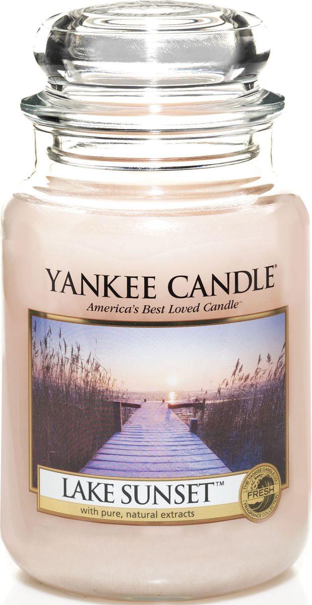 Ароматическая свеча Yankee Candle Закат на озере / Lake Sunset, 110-150 ч1270617ЕАроматическая свеча Yankee Candle не только окутает вас волшебным ароматом, но еще и прекрасно впишется в интерьер. Использовать изделие можно как в доме, так и на веранде или в саду. Свеча в стеклянной банке с крышкой выполнена из высокоочищенного парафина с добавлением натуральных эфирных масел. Стекло делает горение свечи безопасным.Описание ароматической композиции: потрясающе свежий и одновременно сладковатый и романтичный аромат, напоминающий лучи солнца перед закатом и отражающий свежесть воды.Верхние ноты: Ананас, Манго, Франжипани (Плюмерия), Груша, Апельсин.Средние ноты: Озон, Ландыш, Фрезия.Базовые ноты: Мускус; Древесные, Восточные, Ванильные, Сливочные ноты; Пачули.