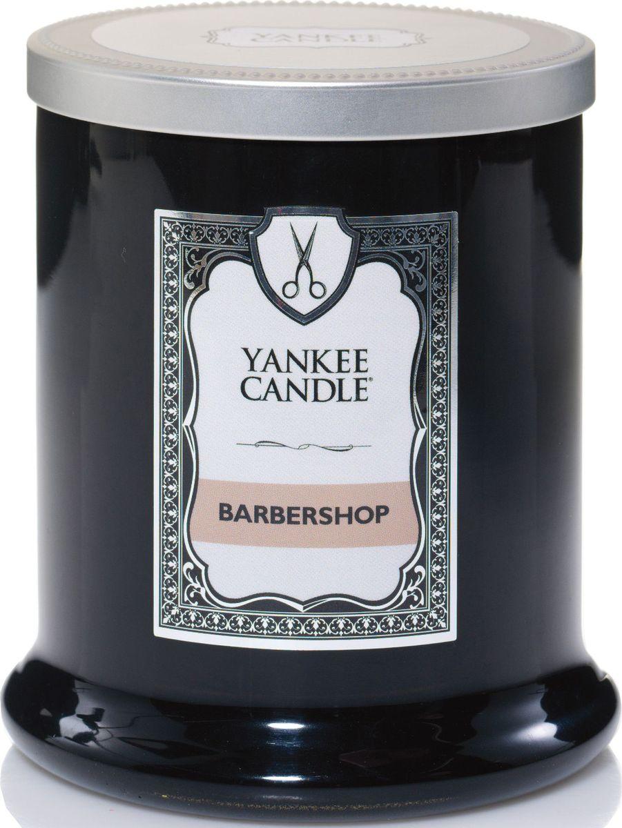 Ароматическая свеча Yankee Candle Barbershop Парикмахерская / Barbershop, 45 ч1339950ЕАроматическая свеча для мужчин Yankee Candle Barbershop не только окутает вас волшебным ароматом, но еще и прекрасно впишется в интерьер. Использовать изделие можно как в доме, так и на веранде или в саду. Свеча в керамической банке выполнена из высококачественного воска. Коллекция представлена в 5 ароматах, каждый из которых описывает своим ароматом один из запахов парикмахерской.Аромат Barbershop - это немного сладкий и пряный, но в то же время и свежий аромат.