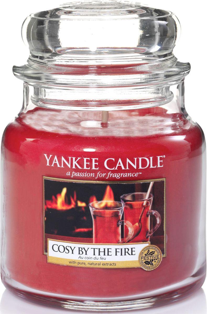 Ароматическая свеча Yankee Candle Уют у камина / Cosy By The Fire, 65-90 ч1342562ЕАроматическая свеча Yankee Candle не только окутает вас волшебным ароматом, но еще и прекрасно впишется в интерьер. Использовать изделие можно как в доме, так и на веранде или в саду. Свеча в стеклянной банке с крышкой выполнена из высокоочищенного парафина с добавлением натуральных эфирных масел. Стекло делает горение свечи безопасным.Описание ароматической композиции: непередаваемо теплый и насыщенный чайный аромат, немного дымчатый и сладковатый.Верхняя нота: Имбирь, Апельсин.Средняя нота: Гвоздика, Лавровый лист, Бальзам пихты.Базовая нота: Боб Тонка, Кедр, Ветивер.