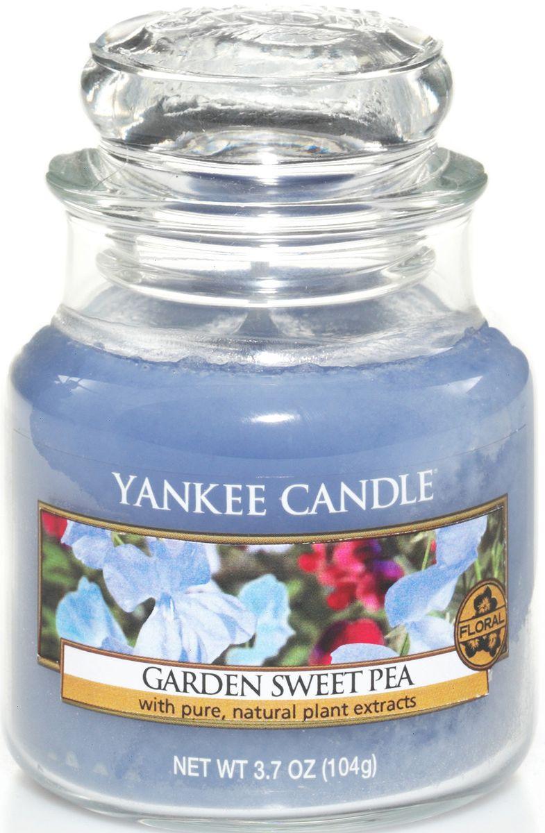 Ароматическая свеча Yankee Candle Душистый горошек / Garden Sweet Pea, 25-45 ч1152965EАроматическая свеча Yankee Candle не только окутает вас волшебным ароматом, но еще и прекрасно впишется в интерьер. Использовать изделие можно как в доме, так и на веранде или в саду. Свеча в стеклянной банке с крышкой выполнена из высокоочищенного парафина с добавлением натуральных эфирных масел. Стекло делает горение свечи безопасным.Описание ароматической композиции: сладкий аромат нежных цветков гороха, с оттенками ароматов груши, персика, фрезии и розового дерева.Верхняя нота: Сладкий горошек, Груша, Белый персик.Средняя нота: Фрезия, Озон.Базовая нота: Палисандр, Ваниль, Мускус.