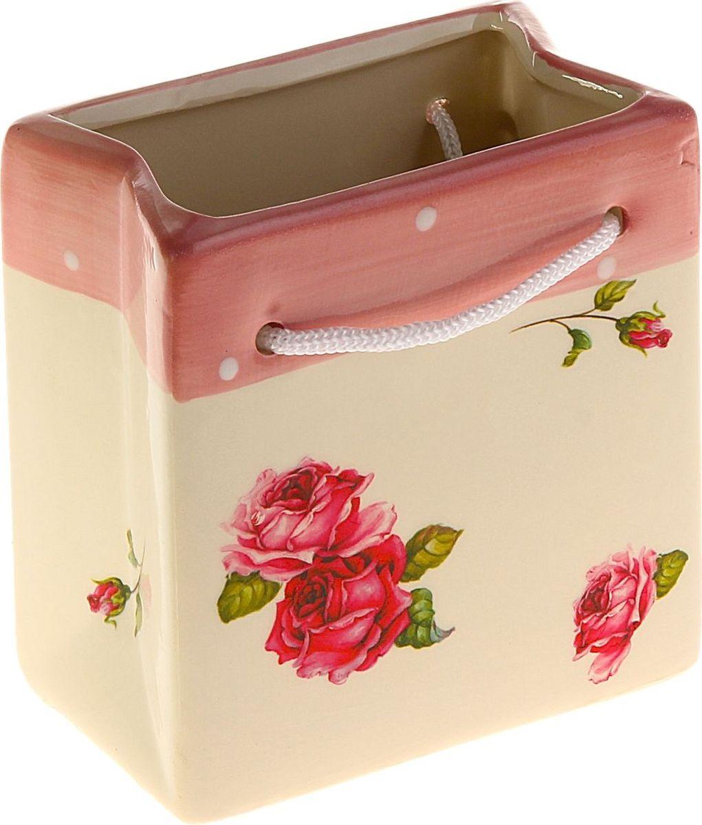Кашпо Розы, цвет: кремовый, розовый, 11 х 7 х 12 см829935Комнатные растения — всеобщие любимцы. Они радуют глаз, насыщают помещение кислородом и украшают пространство. Каждому из них необходим свой удобный и красивый дом. Кашпо из керамики прекрасно подходят для высадки растений: за счёт пластичности глины и разных способов обработки существует великое множество форм и дизайновпористый материал позволяет испаряться лишней влагевоздух, необходимый для дыхания корней, проникает сквозь керамические стенки! #name# позаботится о зелёном питомце, освежит интерьер и подчеркнёт его стиль.