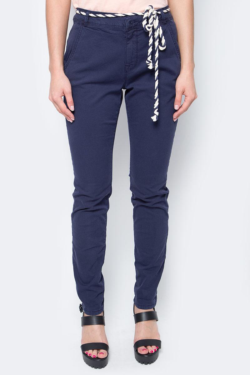 Брюки женские Tom Tailor, цвет: темно-синий. 6404885.09.71_6593. Размер S (44)6404885.09.71_6593Женские брюки Tom Tailor, стилизованные под джинсы, изготовлены из эластичного хлопка. Брюки на талии застегиваются на пуговицу, так же предусмотрена ширинка за застежке-молнии. Модель на талии дополнена шлевками для ремня и оригинальным пояском. По бокам имеются два втачных кармана, а сзади - два прорезных кармана.Такие брюки великолепно дополнят базовый гардероб современной и уверенной в себе девушки.