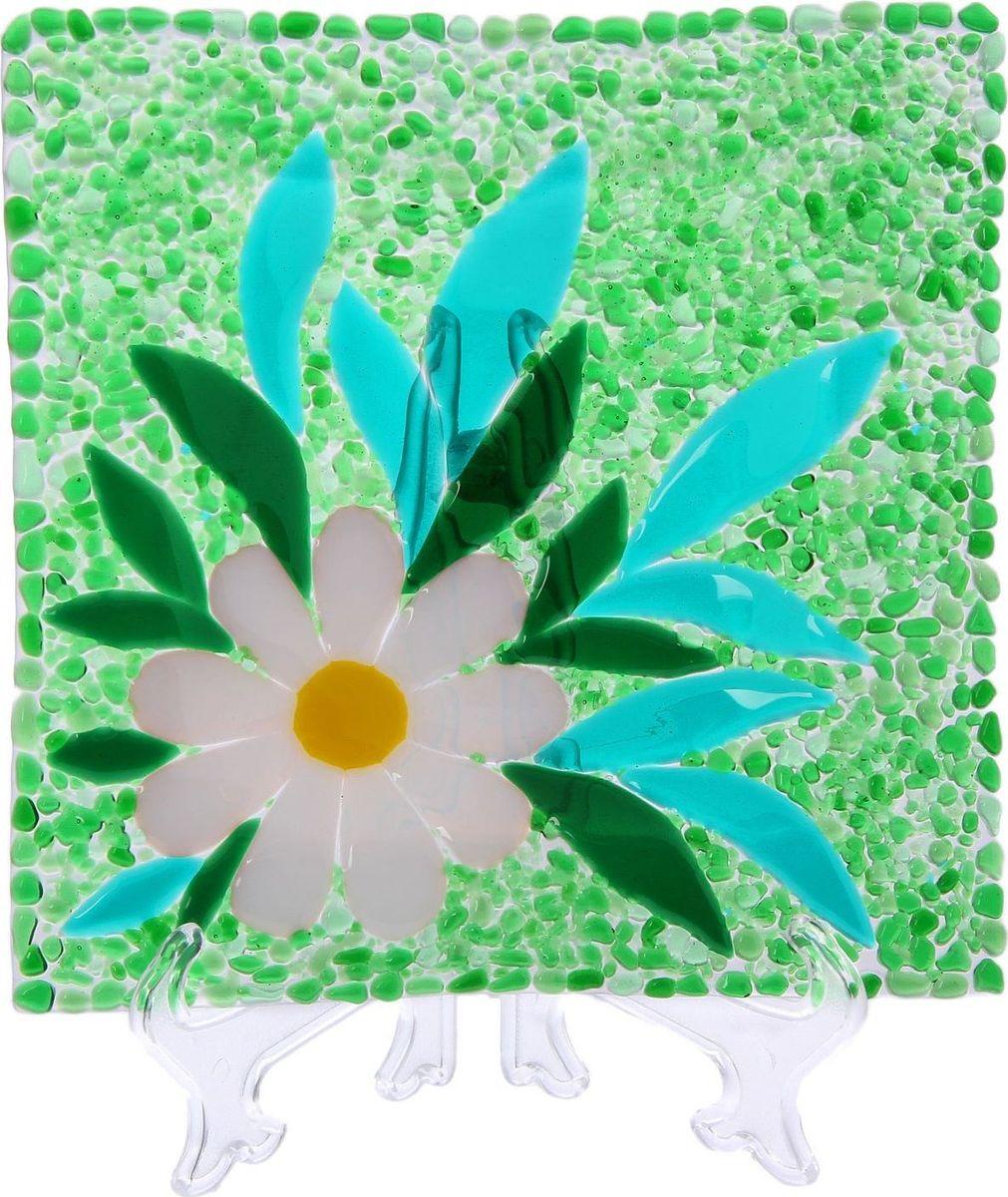 Тарелка Декостек Ромашковое поле, 21 см. 22617502261750Оригинальная посуда — свидетельство особого отношения хозяев дома к гостям. Изделия изготовлены необычным образом: несколько видов стекла спекаются в печи при температуре около 800 градусов. В результате этого получается уникальный продукт, по внешнему виду сходный с витражом. Стекло, полученное с помощью фьюзинга, отличают особенная прозрачность и глубина цвета, оно сохраняет оттенок и не подвержено старению.Особенности предмета:тщательная обработка рельефа поверхности;высококачественный узор;высокая прочность – изделия можно мыть в посудомоечной машине.Такой предмет станет прекрасным подарком по любому случаю. В комплект входит подставка и декоративная коробка.