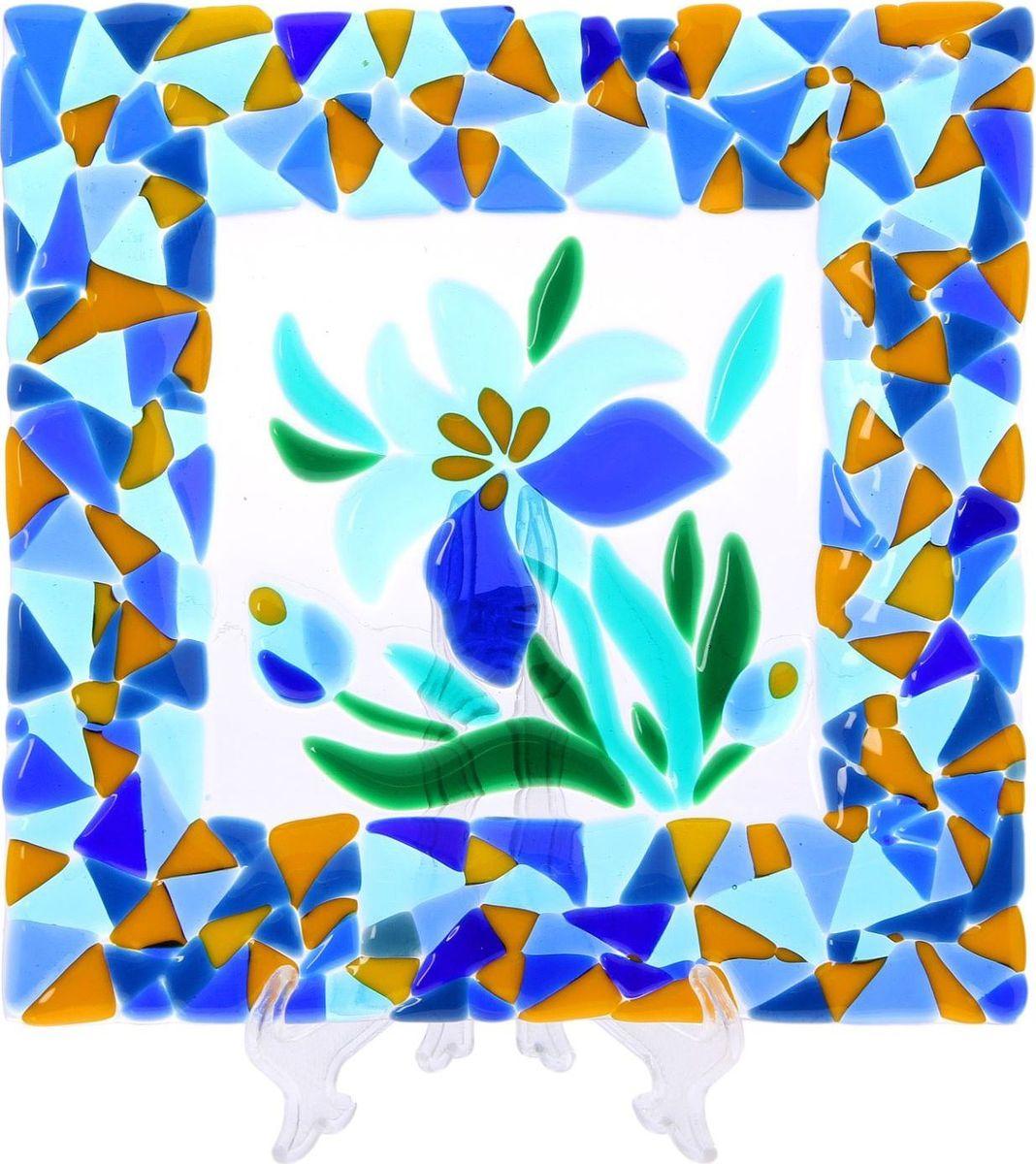 Тарелка Декостек Ирисы, 21 см. 22617522261752Оригинальная посуда — свидетельство особого отношения хозяев дома к гостям. Изделия изготовлены необычным образом: несколько видов стекла спекаются в печи при температуре около 800 градусов. В результате этого получается уникальный продукт, по внешнему виду сходный с витражом. Стекло, полученное с помощью фьюзинга, отличают особенная прозрачность и глубина цвета, оно сохраняет оттенок и не подвержено старению.Особенности предмета:тщательная обработка рельефа поверхности;высококачественный узор;высокая прочность – изделия можно мыть в посудомоечной машине.Такой предмет станет прекрасным подарком по любому случаю. В комплект входит подставка и декоративная коробка.