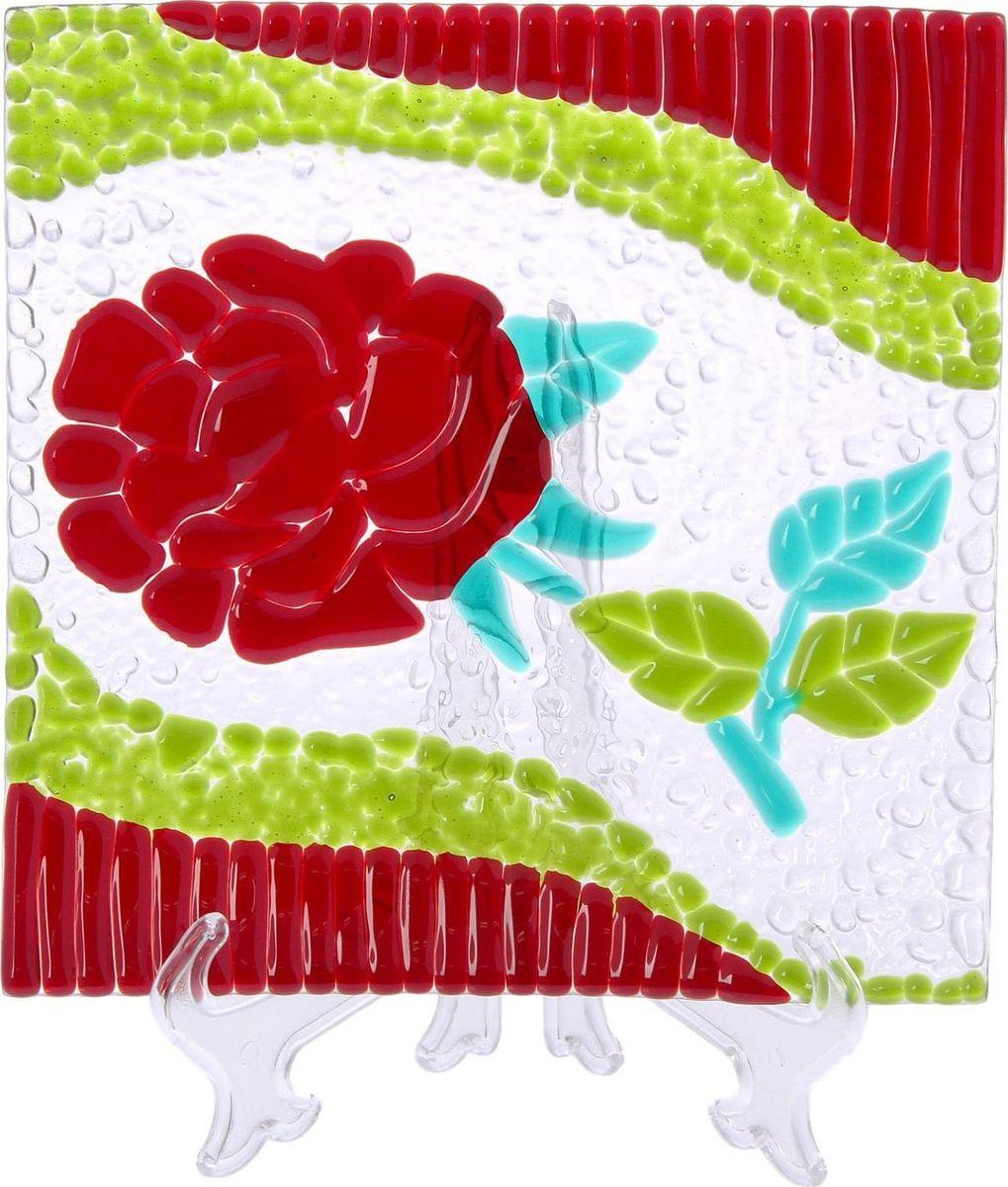 Тарелка Декостек Голландская роза, 21 см. 22617542261754Оригинальная посуда — свидетельство особого отношения хозяев дома к гостям. Изделия изготовлены необычным образом: несколько видов стекла спекаются в печи при температуре около 800 градусов. В результате этого получается уникальный продукт, по внешнему виду сходный с витражом. Стекло, полученное с помощью фьюзинга, отличают особенная прозрачность и глубина цвета, оно сохраняет оттенок и не подвержено старению.Особенности предмета:тщательная обработка рельефа поверхности;высококачественный узор;высокая прочность – изделия можно мыть в посудомоечной машине.Такой предмет станет прекрасным подарком по любому случаю. В комплект входит подставка и декоративная коробка.