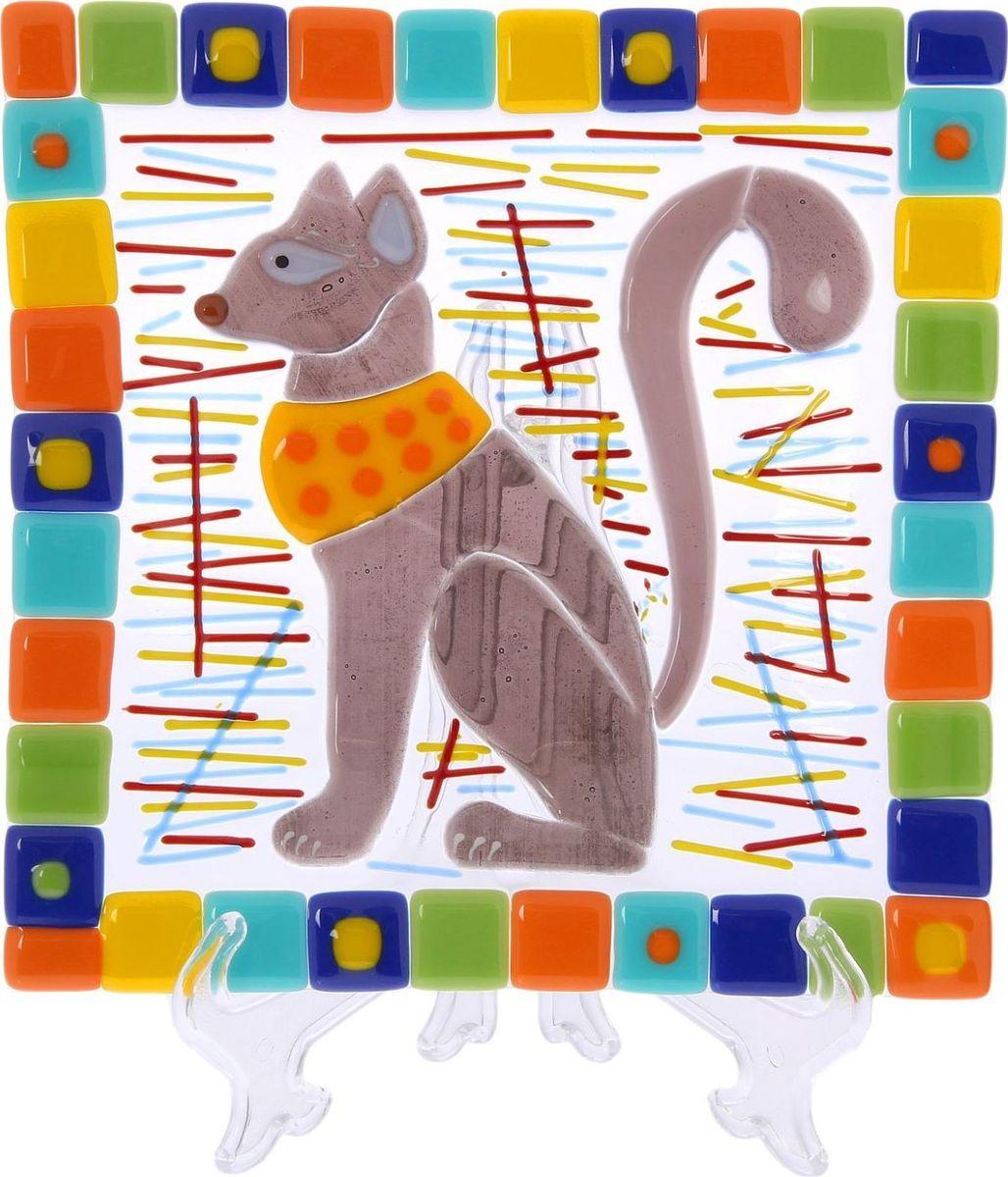 Тарелка Декостек Египетская кошка, 21 см. 22617572261757Оригинальная посуда — свидетельство особого отношения хозяев дома к гостям. Изделия изготовлены необычным образом: несколько видов стекла спекаются в печи при температуре около 800 градусов. В результате этого получается уникальный продукт, по внешнему виду сходный с витражом. Стекло, полученное с помощью фьюзинга, отличают особенная прозрачность и глубина цвета, оно сохраняет оттенок и не подвержено старению.Особенности предмета:тщательная обработка рельефа поверхности;высококачественный узор;высокая прочность – изделия можно мыть в посудомоечной машине.Такой предмет станет прекрасным подарком по любому случаю. В комплект входит подставка и декоративная коробка.