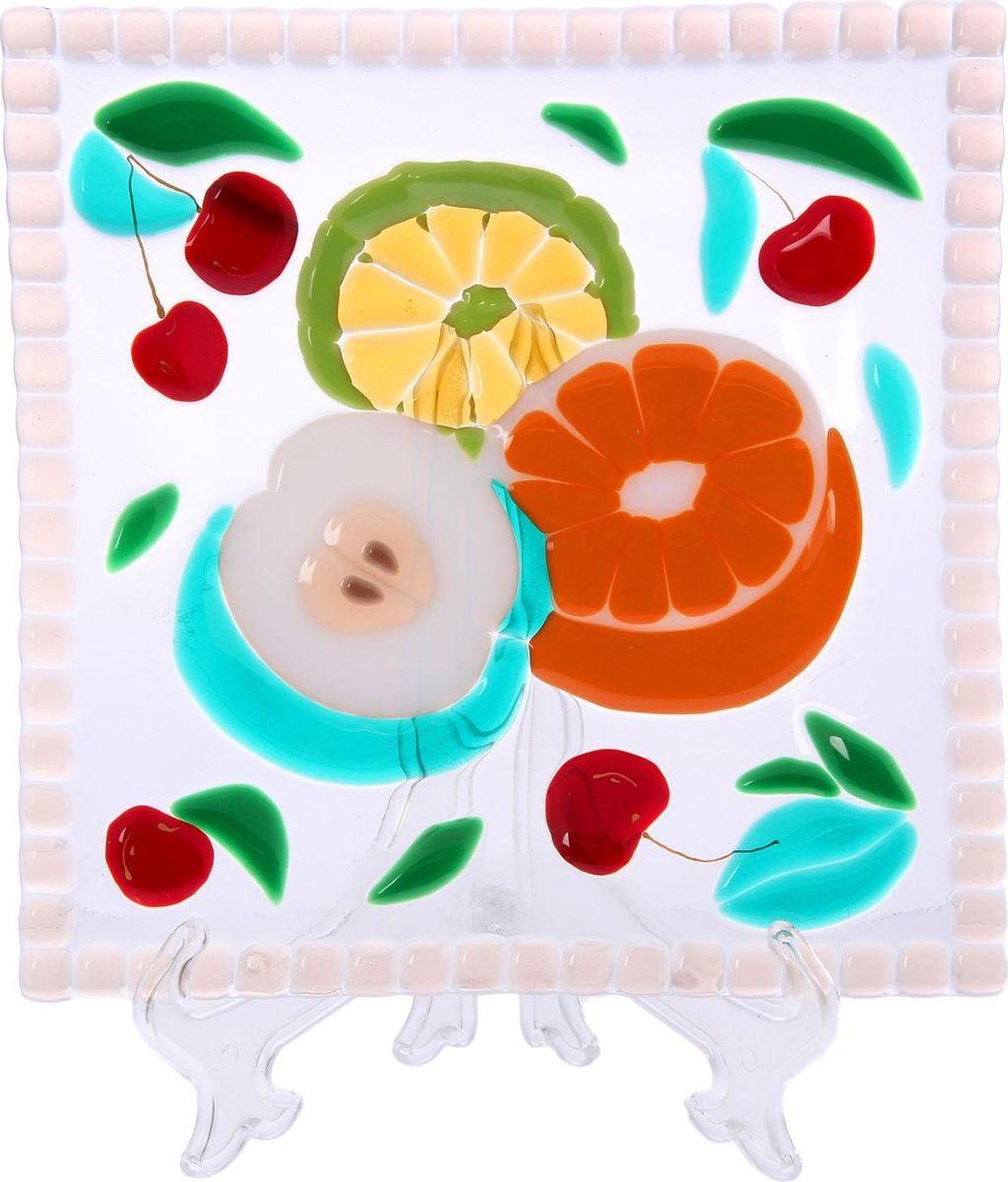 Тарелка Декостек Фрукты, 21 см. 22617582261758Оригинальная посуда — свидетельство особого отношения хозяев дома к гостям. Изделия изготовлены необычным образом: несколько видов стекла спекаются в печи при температуре около 800 градусов. В результате этого получается уникальный продукт, по внешнему виду сходный с витражом. Стекло, полученное с помощью фьюзинга, отличают особенная прозрачность и глубина цвета, оно сохраняет оттенок и не подвержено старению.Особенности предмета:тщательная обработка рельефа поверхности;высококачественный узор;высокая прочность – изделия можно мыть в посудомоечной машине.Такой предмет станет прекрасным подарком по любому случаю. В комплект входит подставка и декоративная коробка.