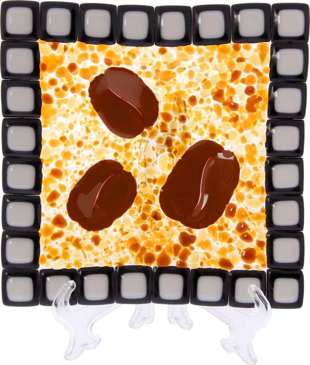 Тарелка Декостек Кофе, 21 см. 22617592261759Оригинальная посуда — свидетельство особого отношения хозяев дома к гостям. Изделия изготовлены необычным образом: несколько видов стекла спекаются в печи при температуре около 800 градусов. В результате этого получается уникальный продукт, по внешнему виду сходный с витражом. Стекло, полученное с помощью фьюзинга, отличают особенная прозрачность и глубина цвета, оно сохраняет оттенок и не подвержено старению.Особенности предмета:тщательная обработка рельефа поверхности;высококачественный узор;высокая прочность – изделия можно мыть в посудомоечной машине.Такой предмет станет прекрасным подарком по любому случаю. В комплект входит подставка и декоративная коробка.